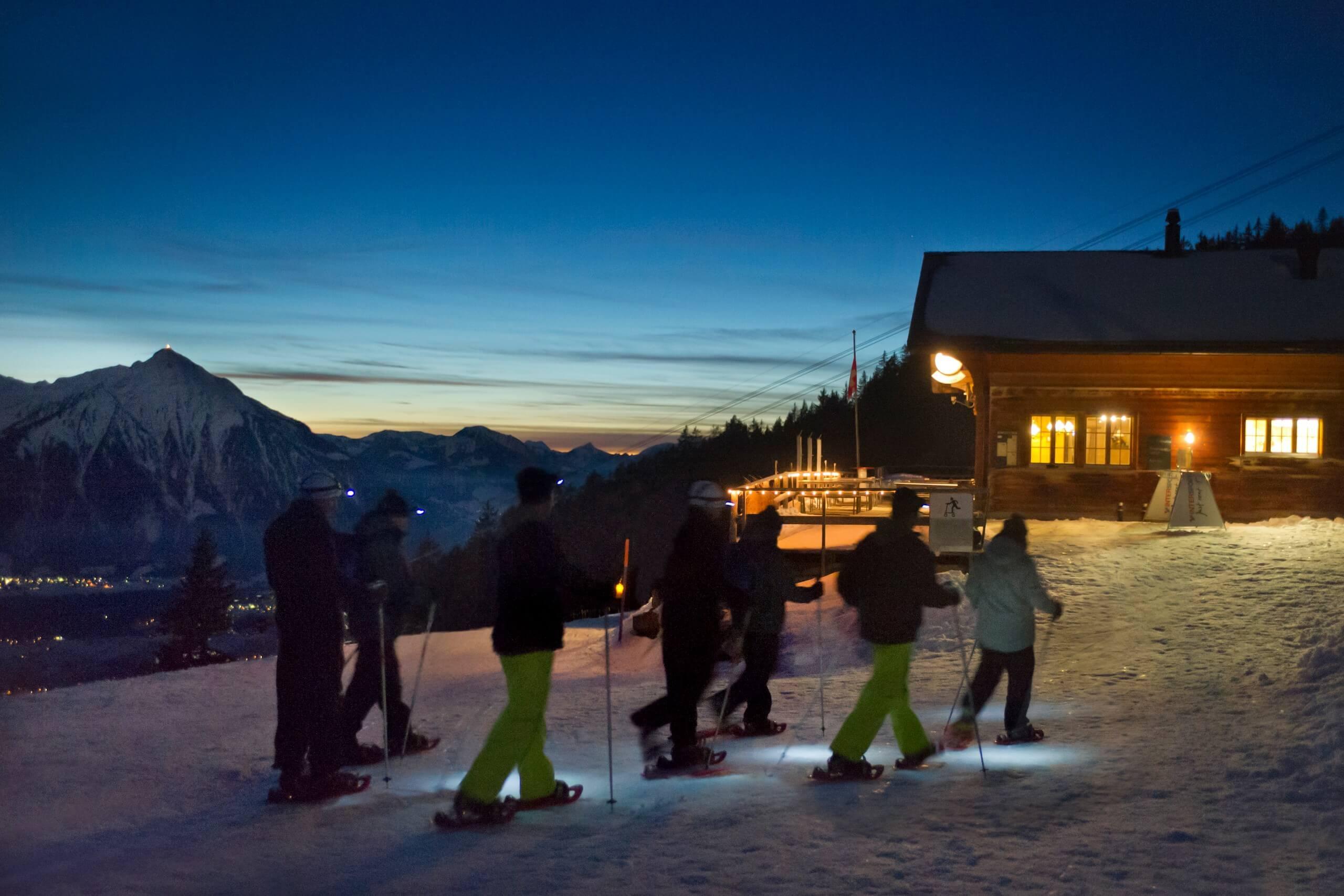 niederhorn-schneeschuhlaufen-winter-tour-nacht-vorsass-lichter