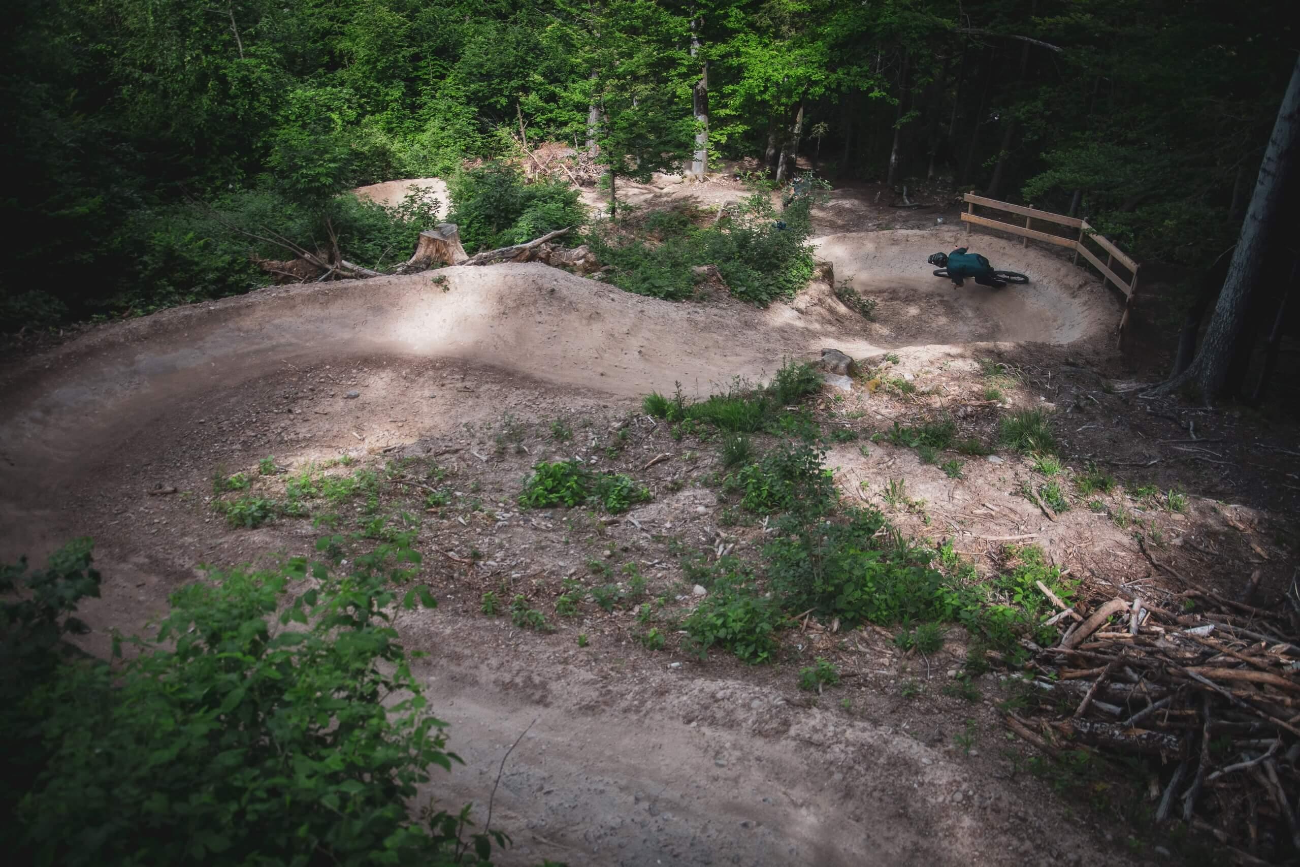 rabenfluhtrail-bikepark-thunersee-downhill-kurven-wald