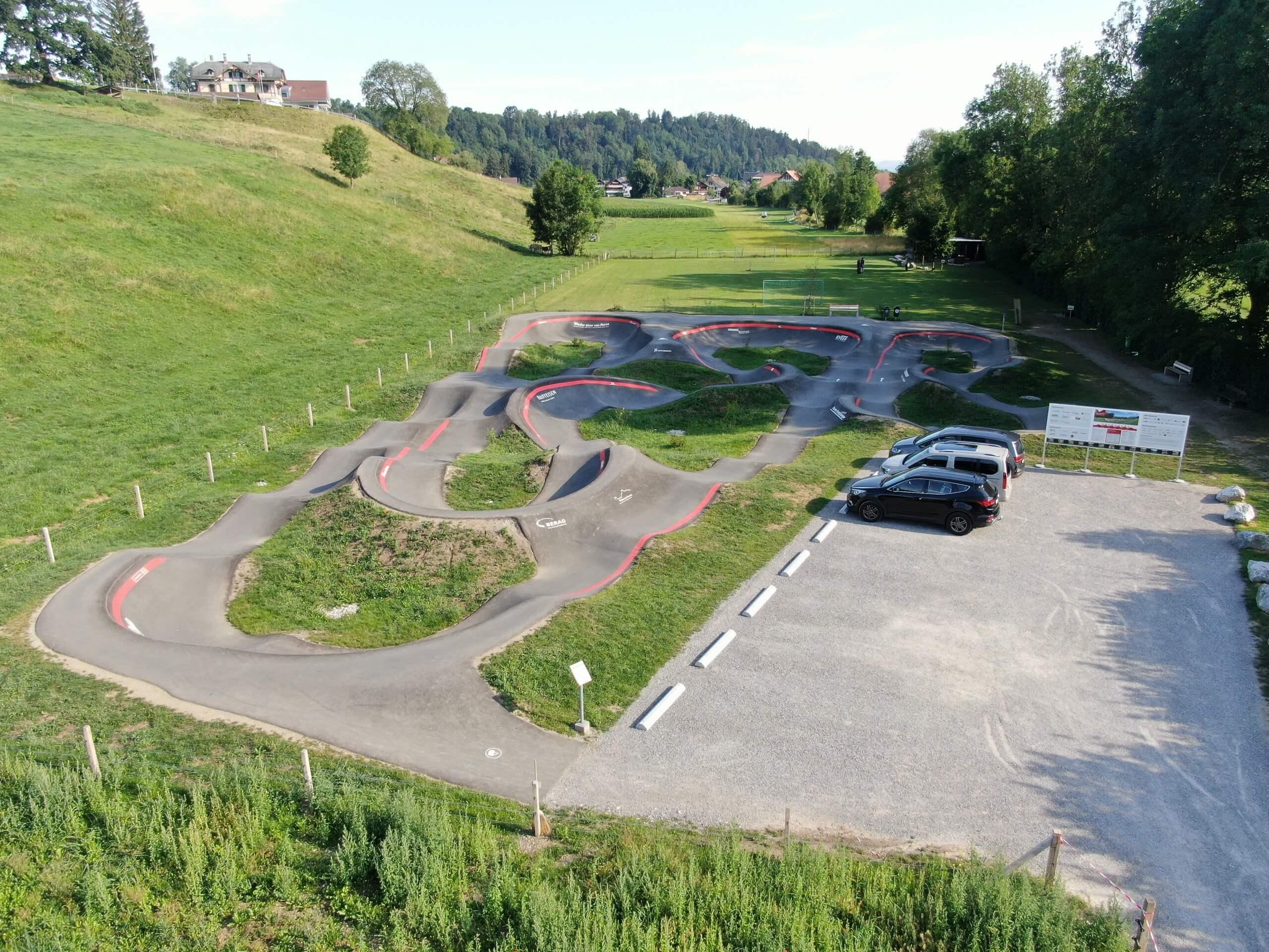 thierachern-pumptrack-parkplatz-bike-sommer