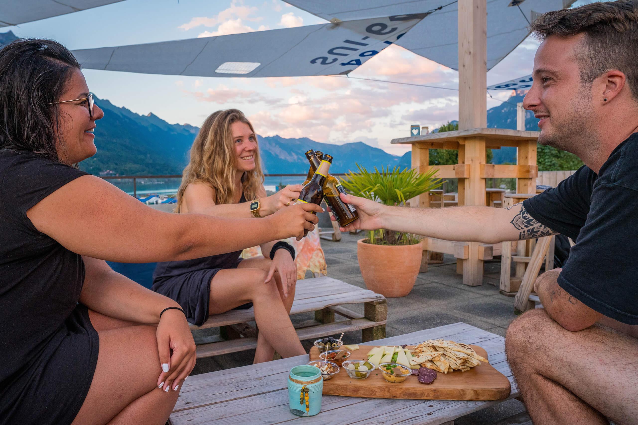 boenigen-strandbad-sommer-terrasse-seesicht-prosit.jpg