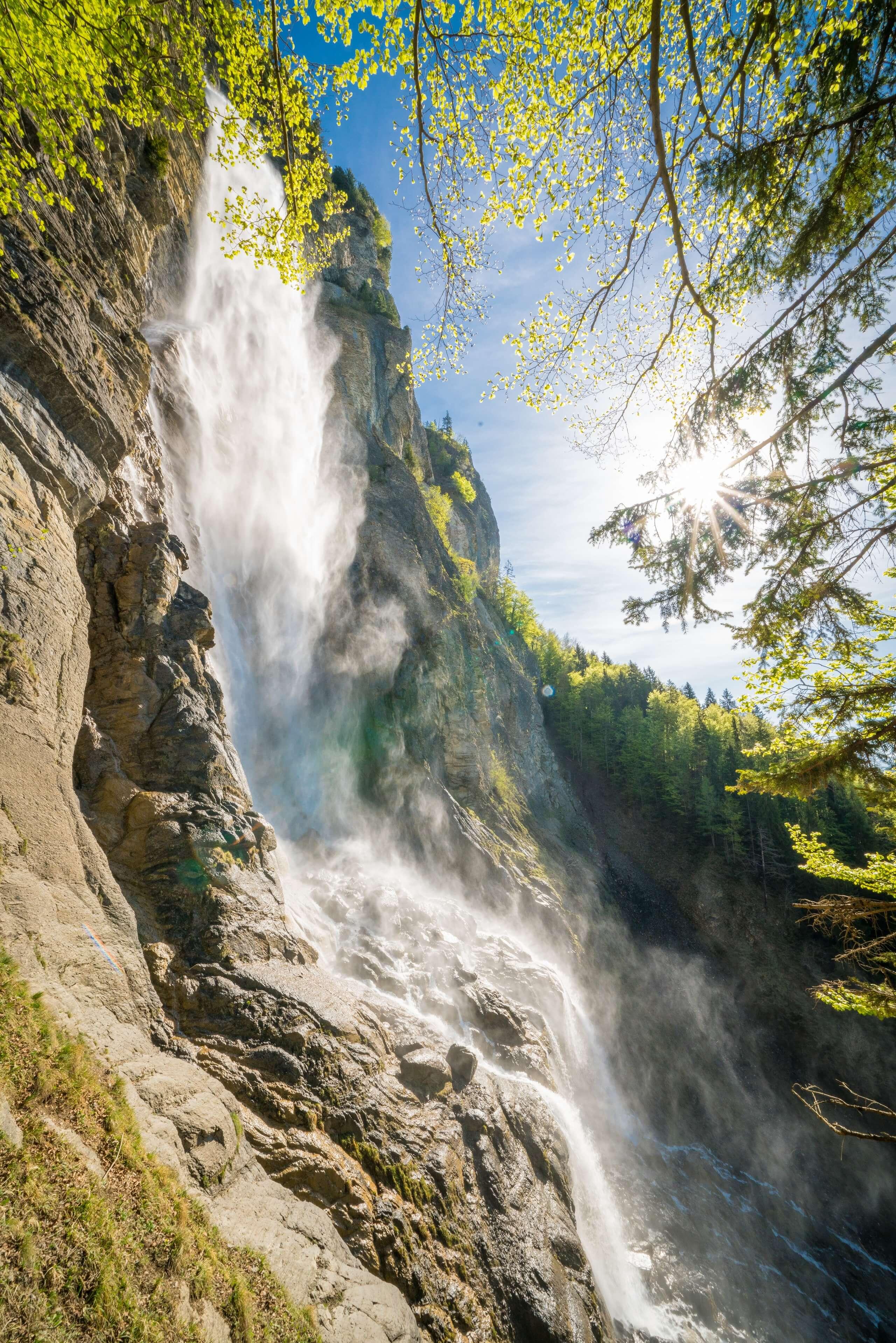 brienz-milibach-wasserfall-felswand-sommer-wasser