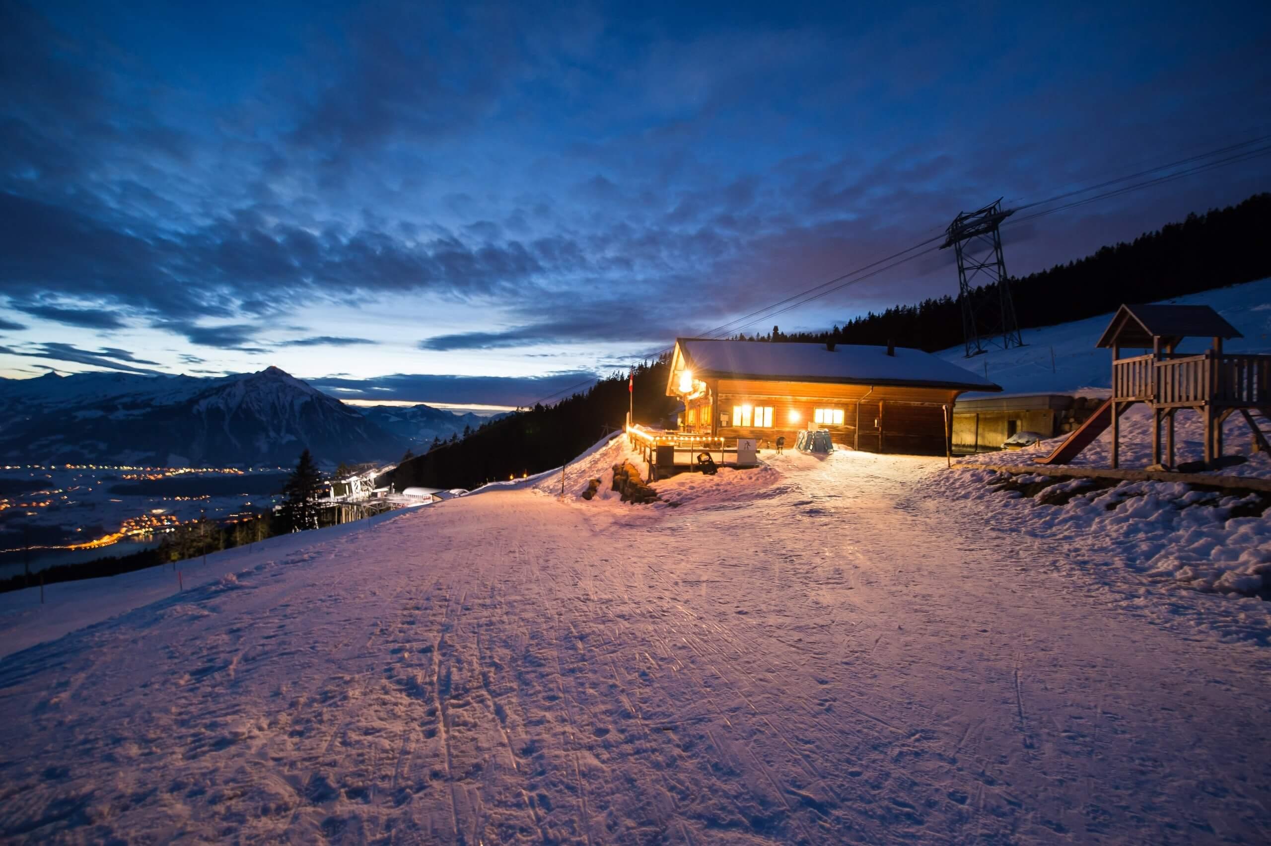niederhorn-schlitteln-winter-abendstimmung-wolken-vorsass-lichter