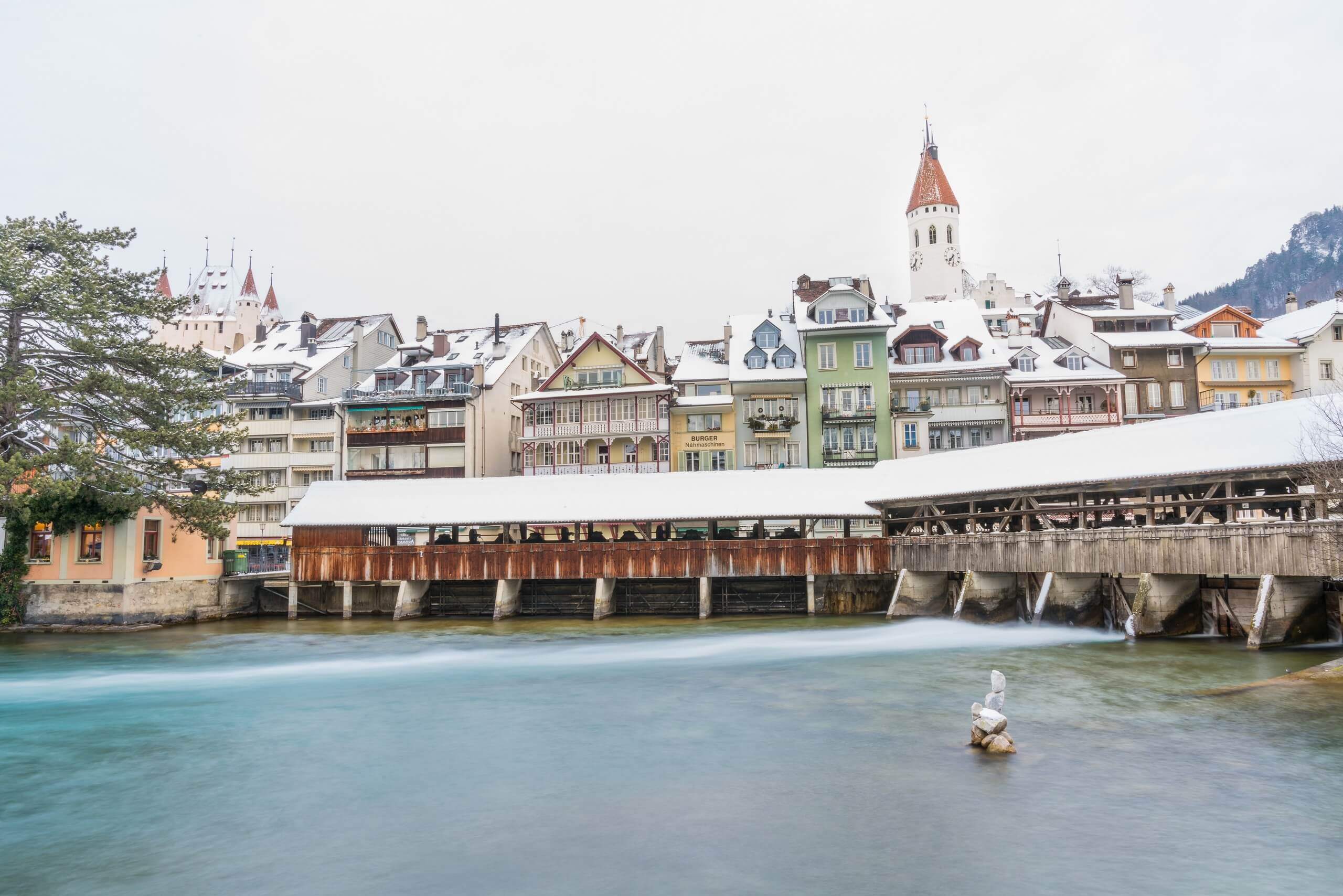 thun-schleuse-winter-schnee-aare-schloss-kirche-regenwettertipps-winterausfluege