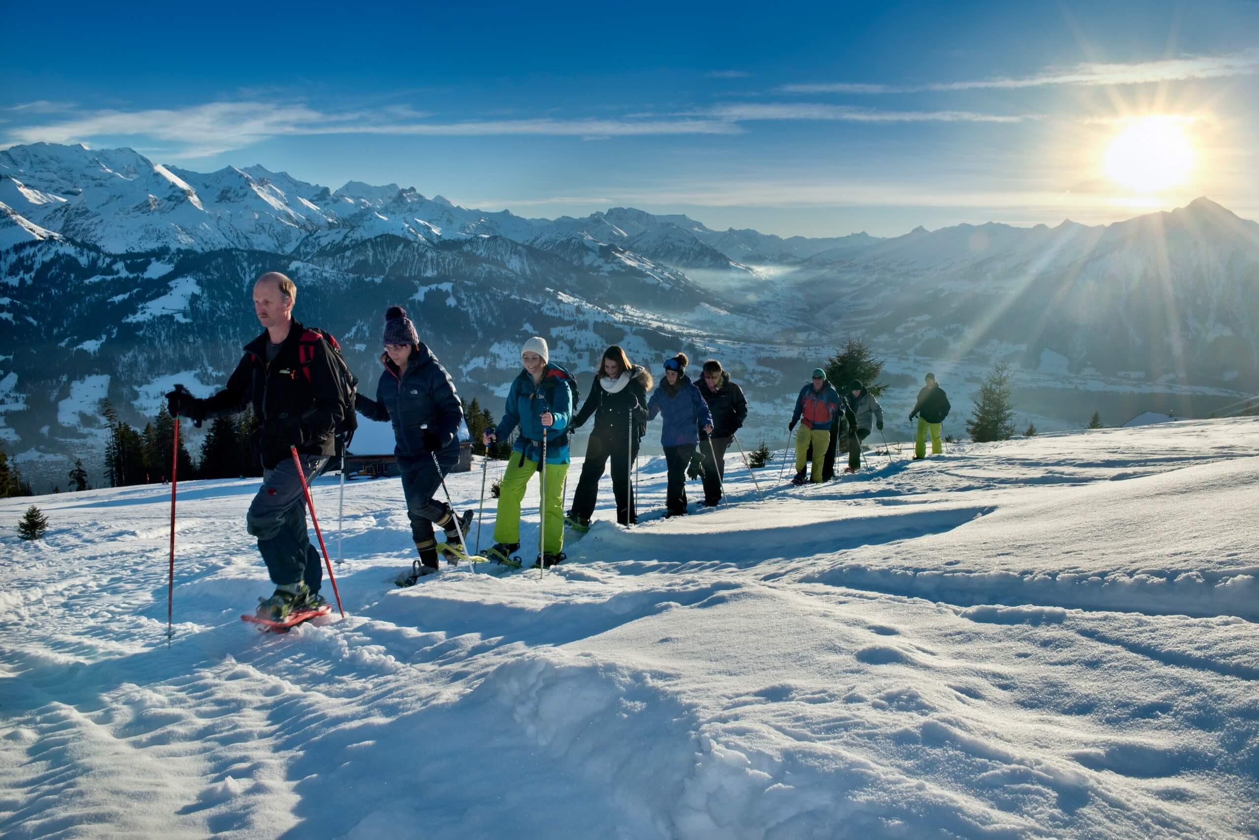 niederhorn-schneeschuhlaufen-winter-gefuehrte-tour-abendstimmung-sonne