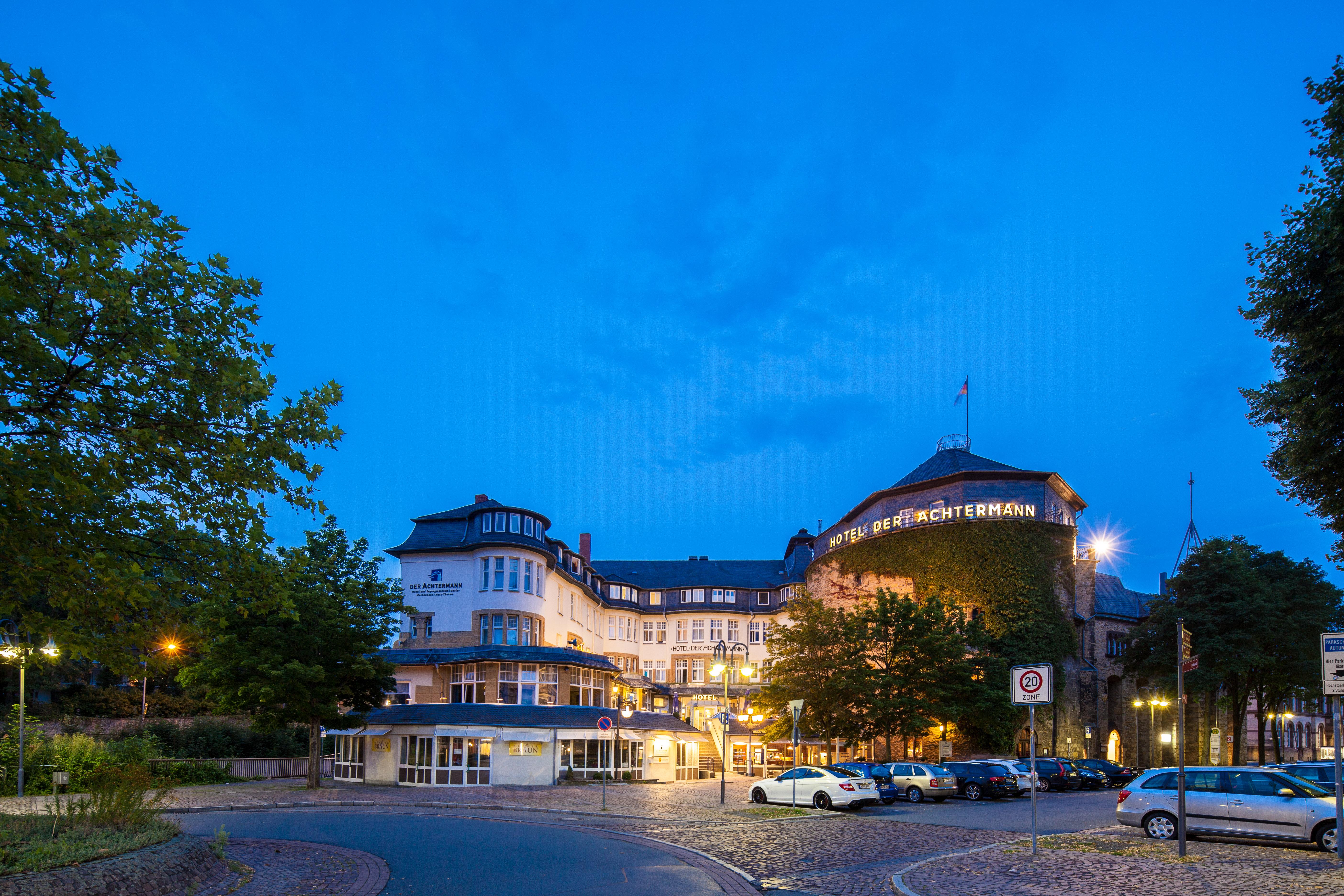 Hotel DER ACHTERMANN in Goslar - Außenansicht in der Dämmerung