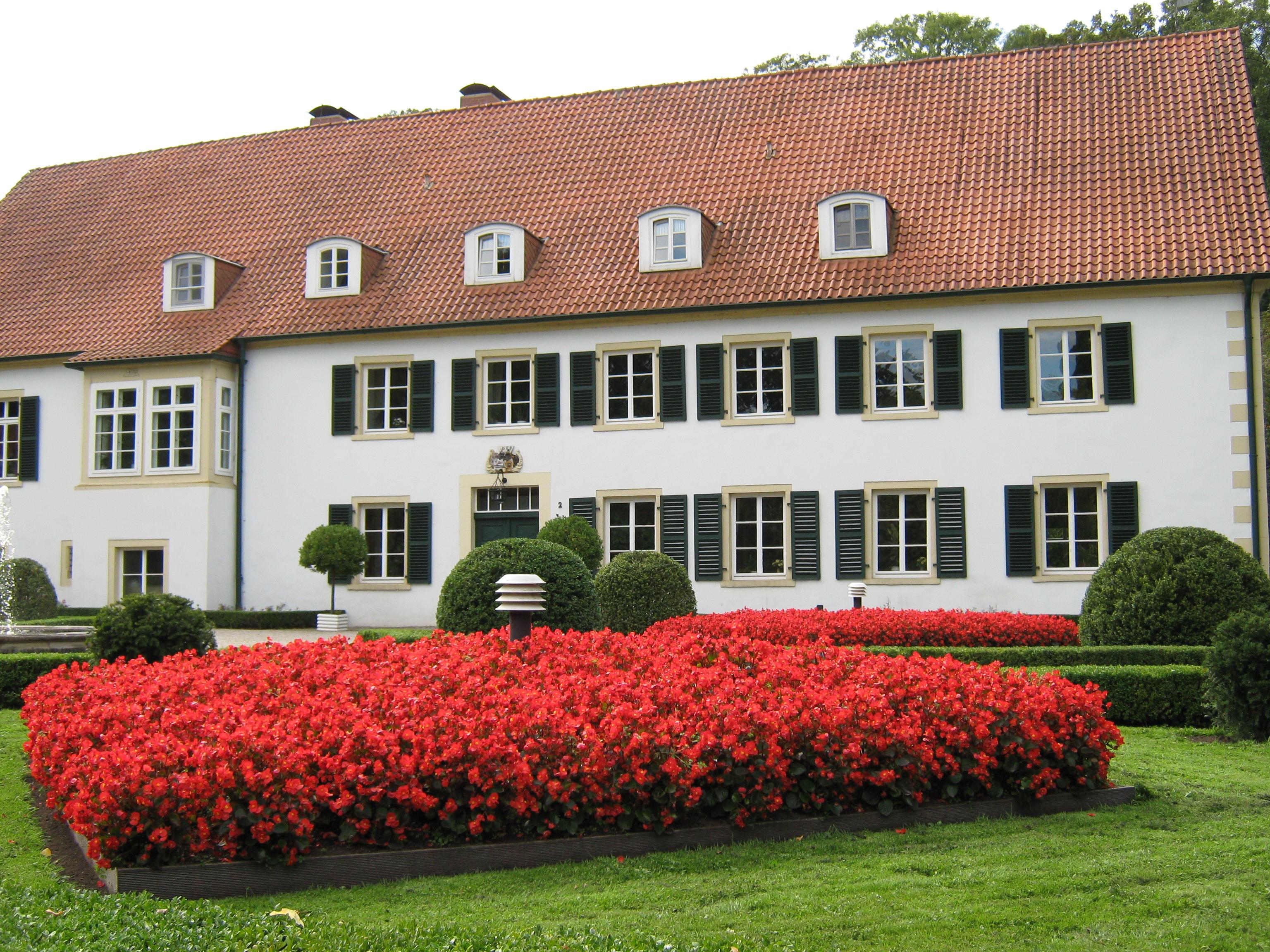 Blumenbeet vor dem Haus des Gastes