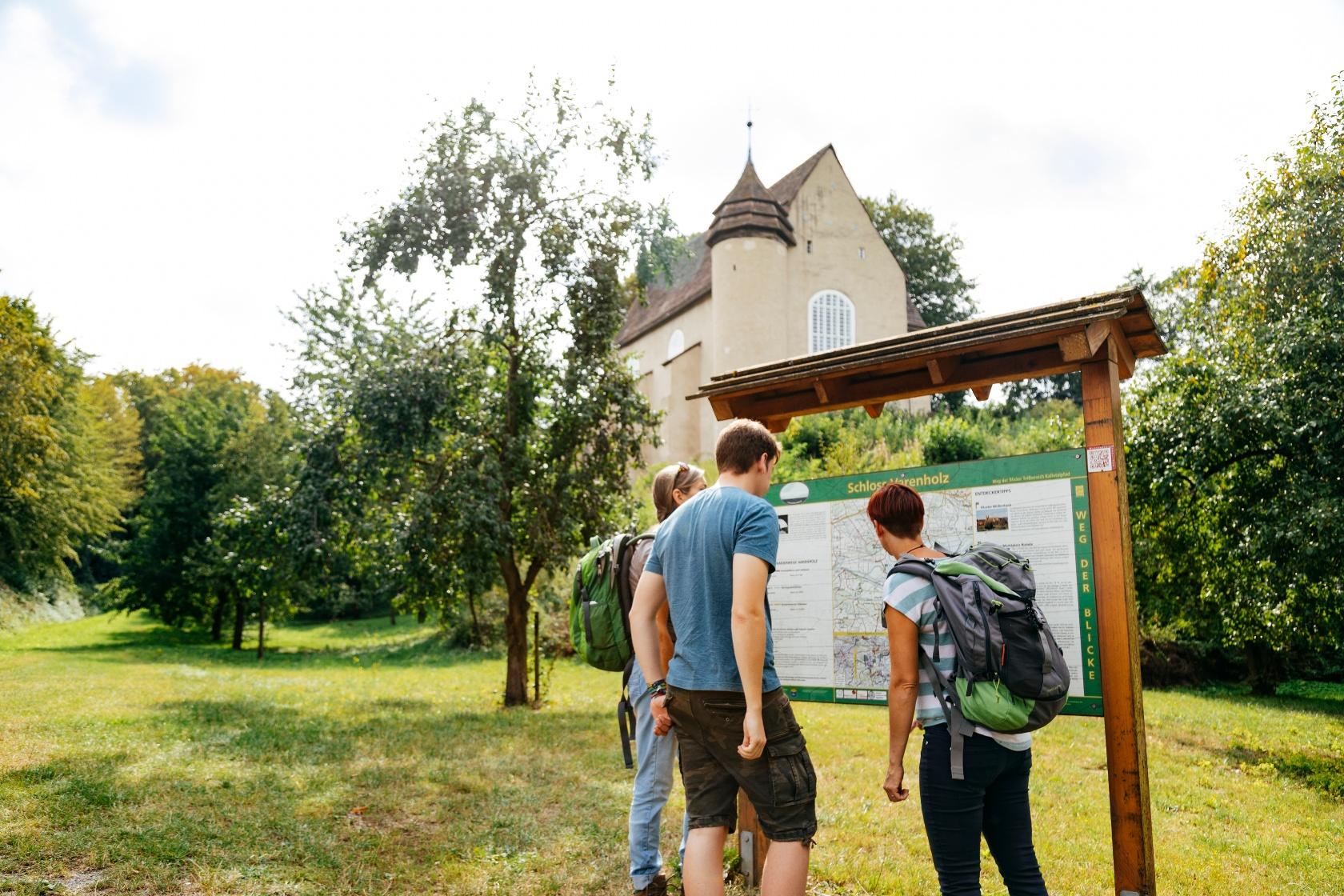 Infotafel am Fuße von Schloss Varenholz