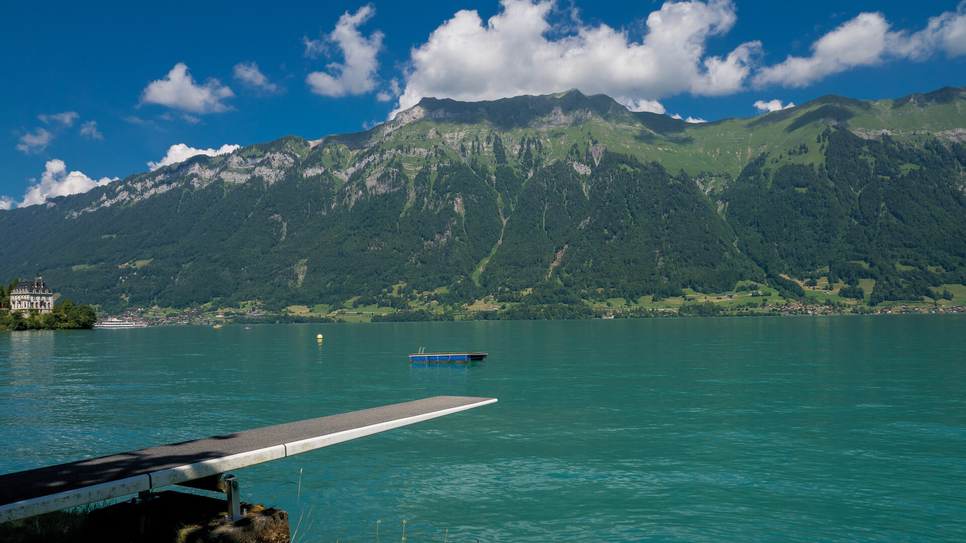 iseltwald-strandbad-sommer-sprungbrett-bergkulisse-augstmatthorn