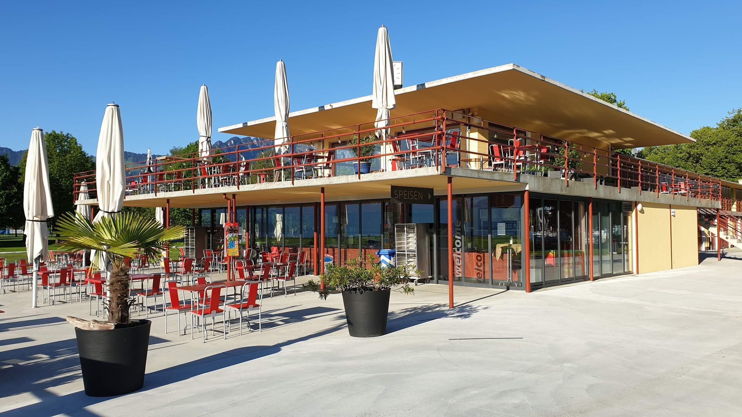 thun-strandbad-sommer-morgen-restaurant