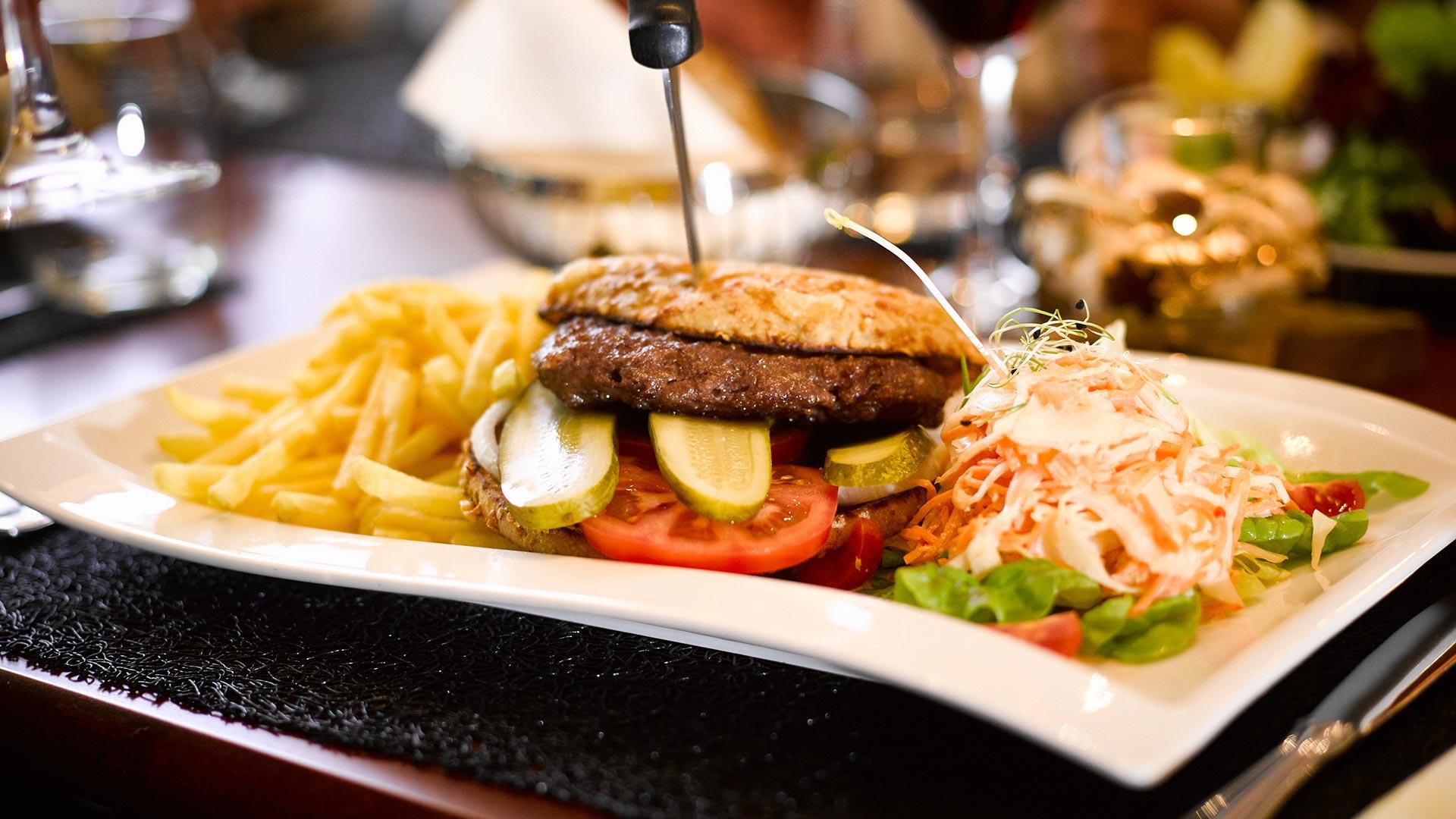 holiday-thun-speisen-burger-pommes