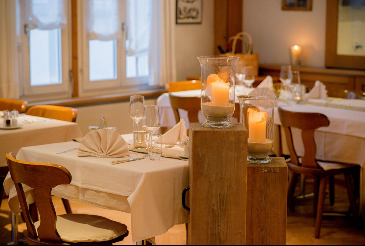 Gaststube Kerzen Tische Dekoriert Servietten