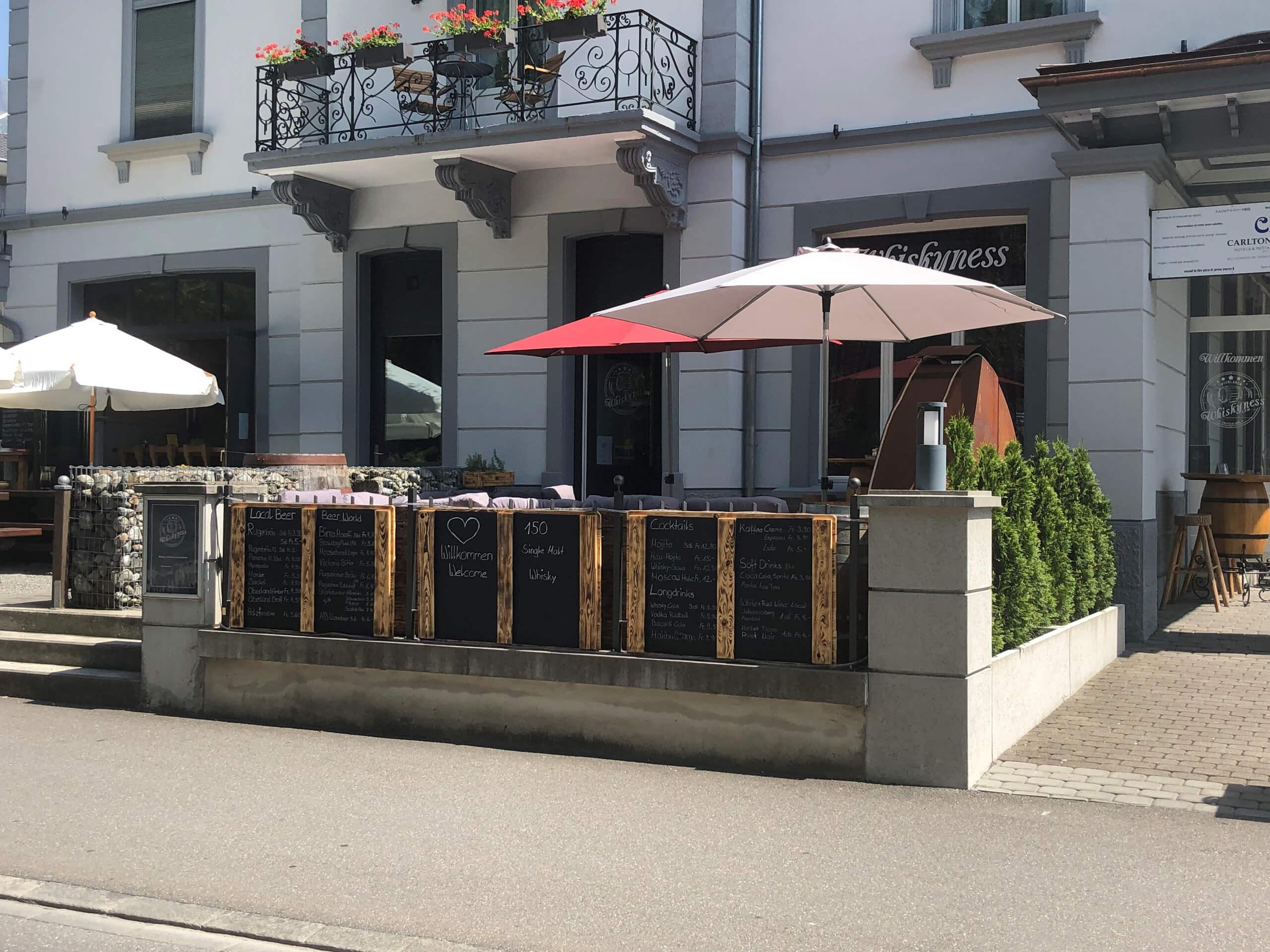 whiskyness-bar-lounge-aussenansicht-terrasse