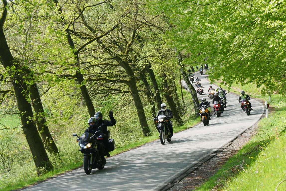 Mototrradfahrer am Nordufer des Schider-Sees