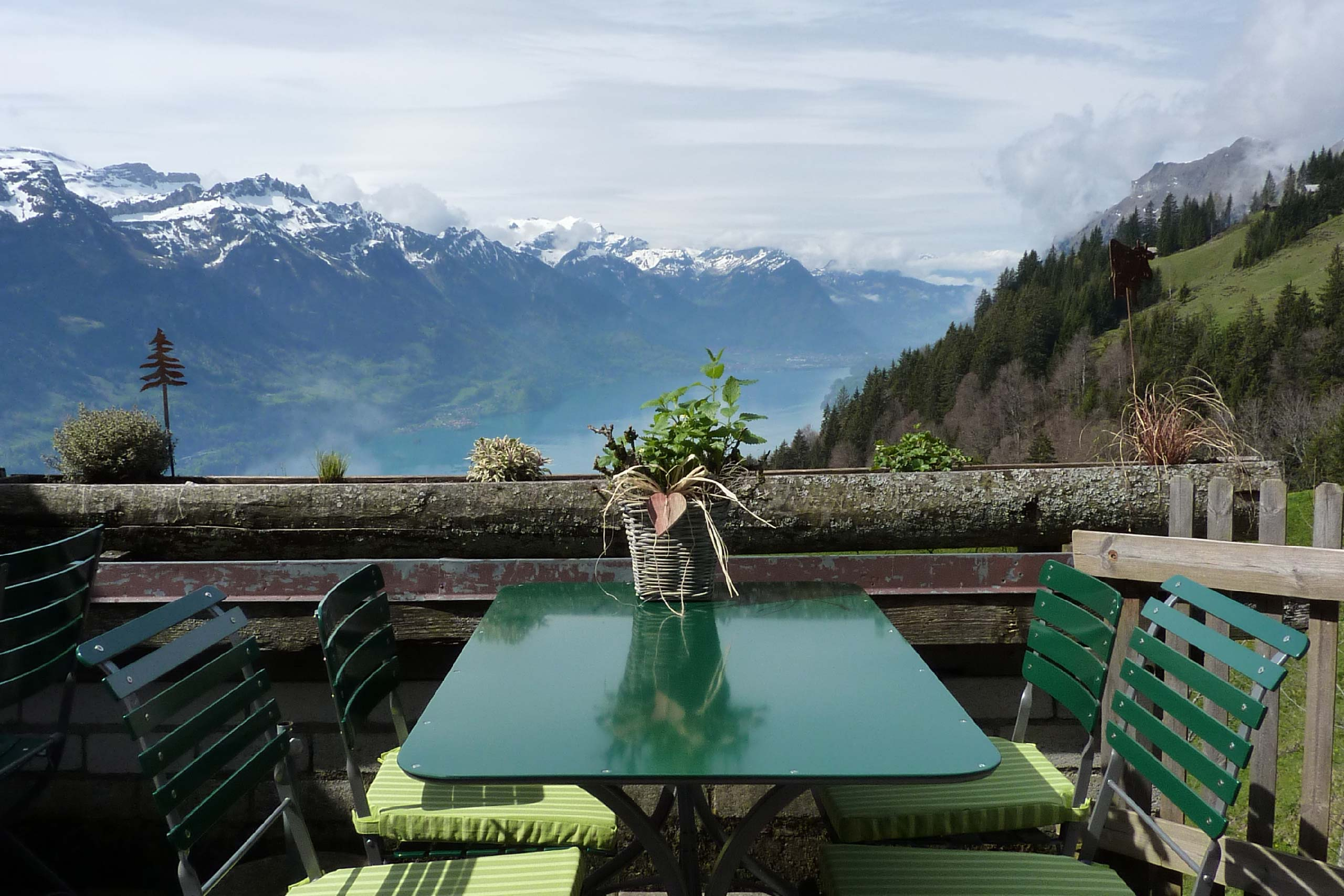 berghaus-planalp-terrasse-aussicht