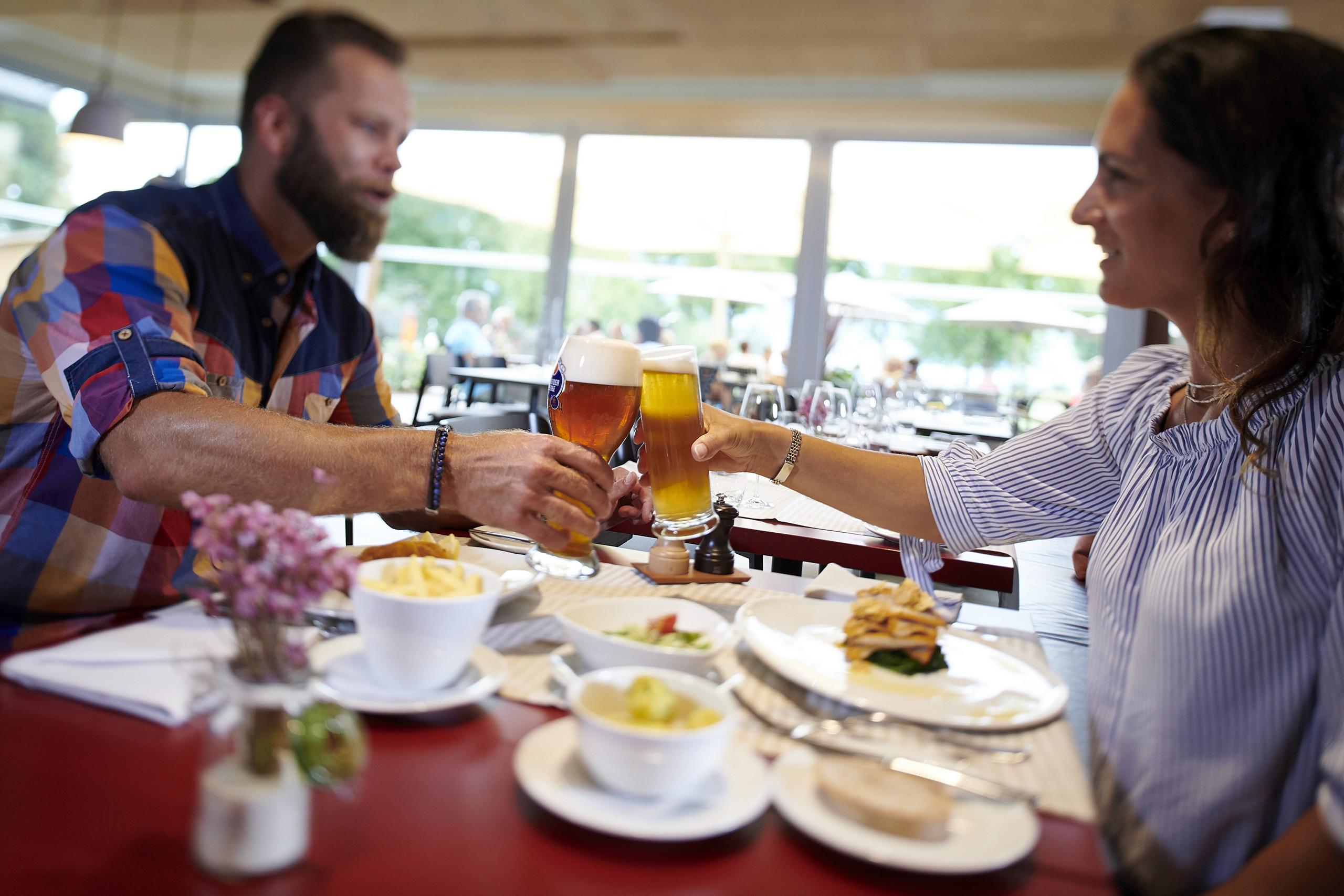 restaurant-delta-deltapark-anstossen-mittagessen