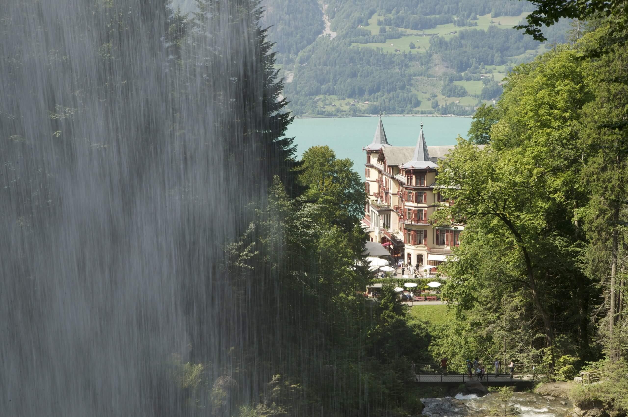 brienz-giessbach-wasserfaelle-sommer-hotel-see