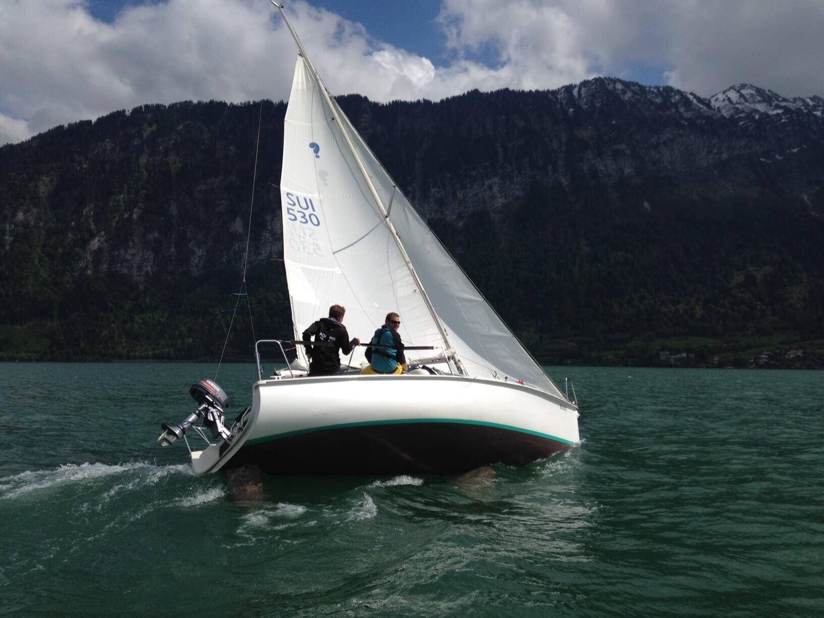 interlaken-segelschule-neuhaus-segelschiff-segeln-sommer