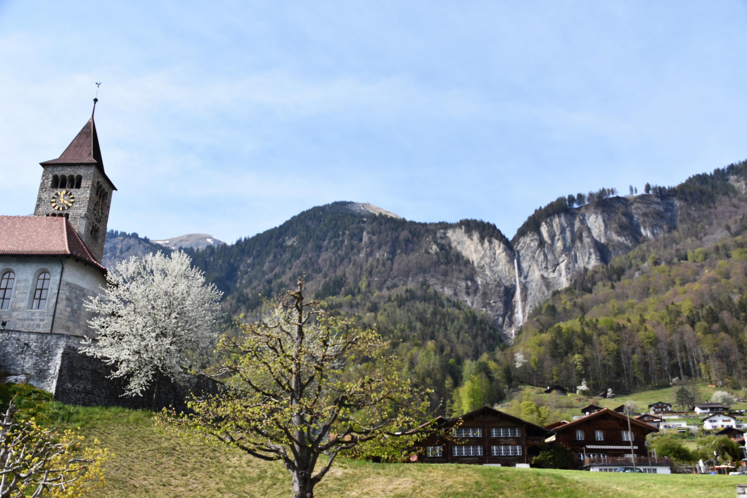 brienz-milibachfall-kirche-fruehling