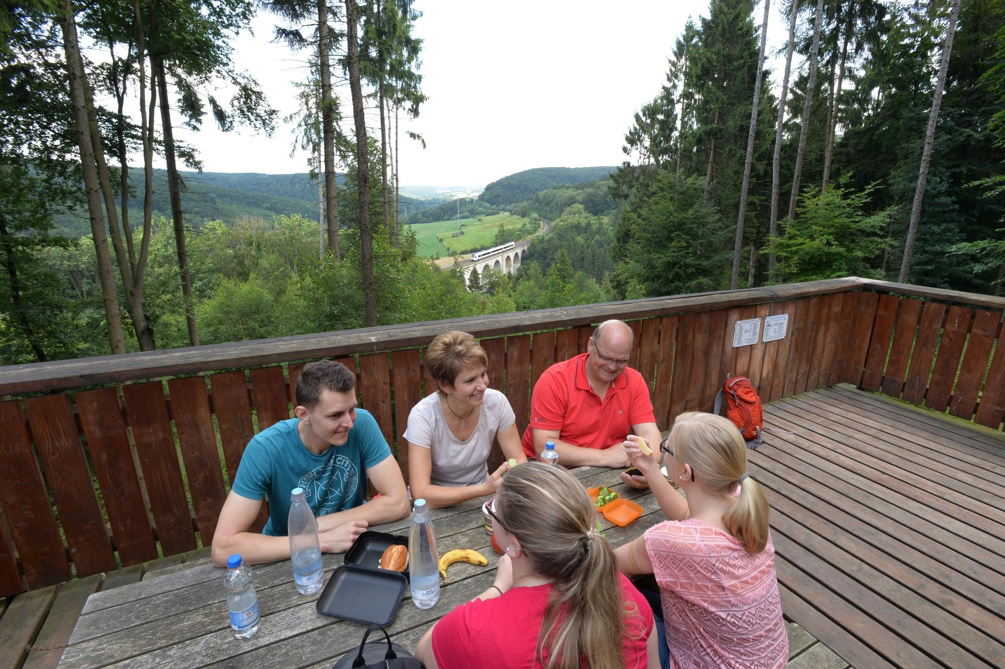 Picknickbank auf der Aussichtsplattform