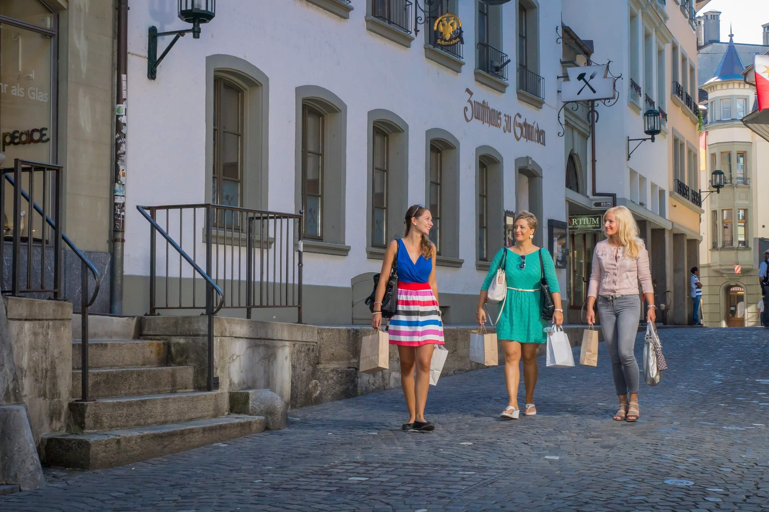 thun-altstadt-laden-shopping-sommer-freunde