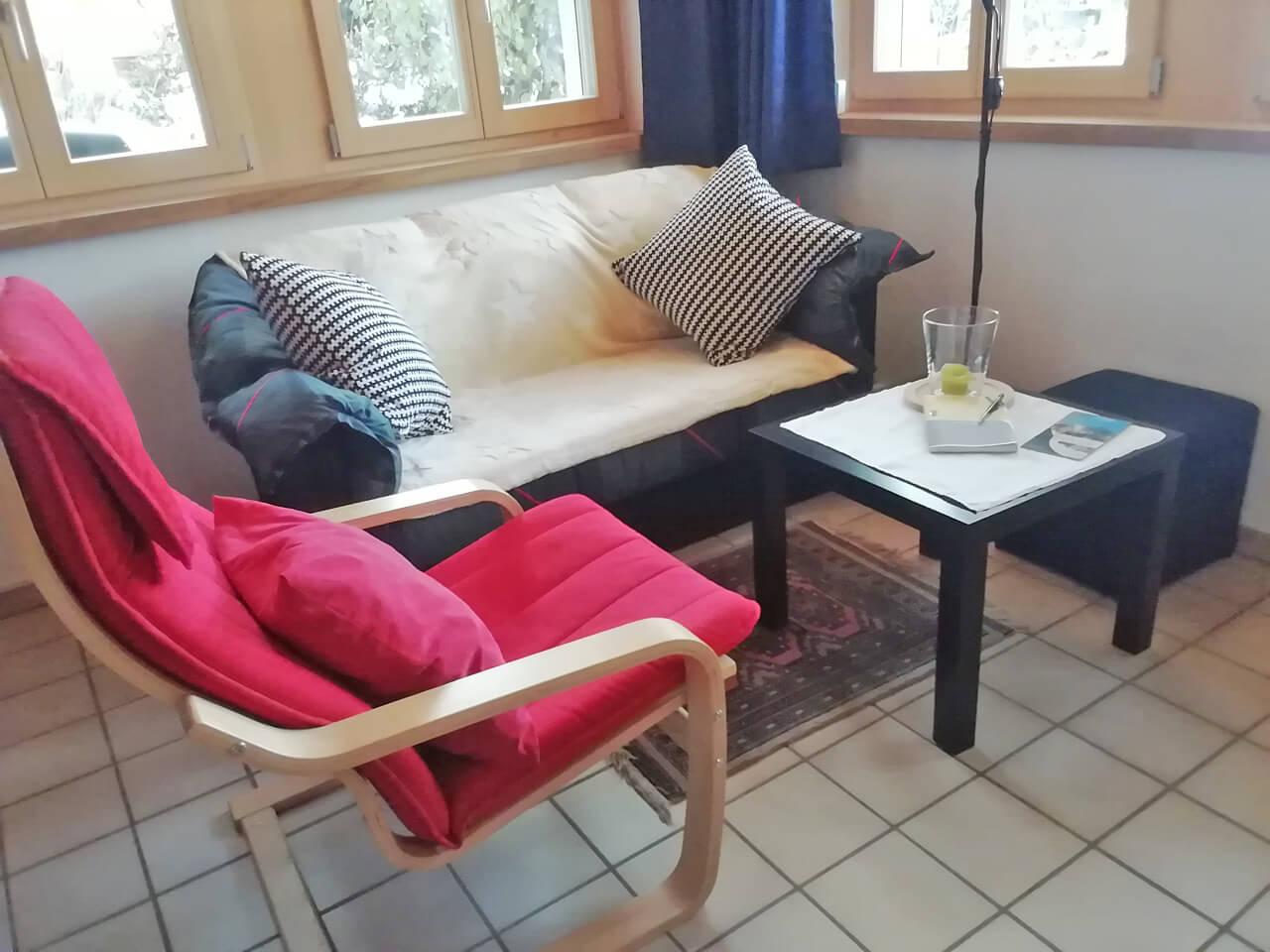 Schaukelstuhl und Salontisch