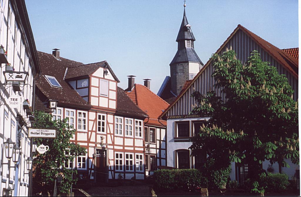 Brauergildestraße mit ev.-ref. Kirche