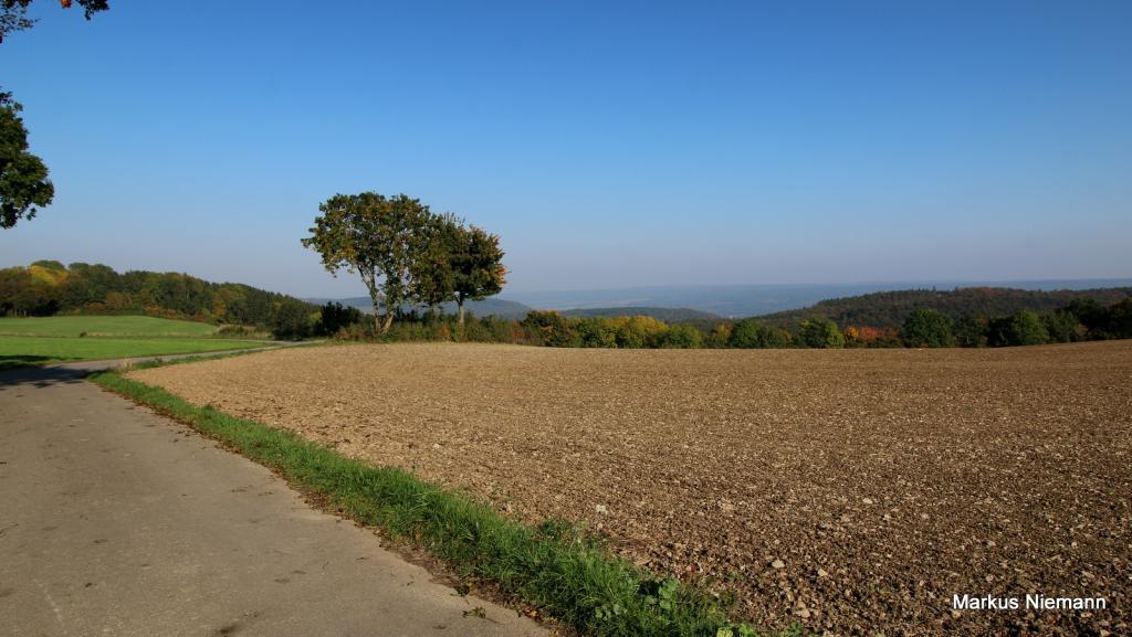 Weserhöhen_links_Heiligenberg_mitte_Blick_ins_Wesertal