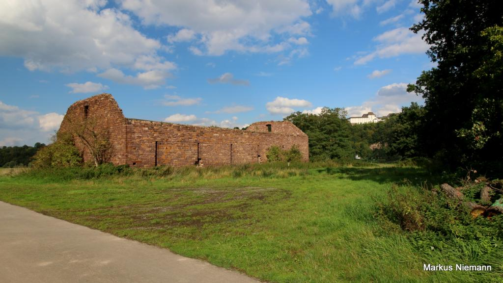 Weserhöhen alte Zehntscheune rechts Schloss Fürstenberg