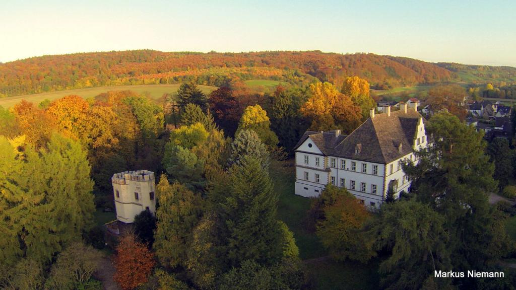 Weserhöhen Schloss Wehrden mit Drosteturm