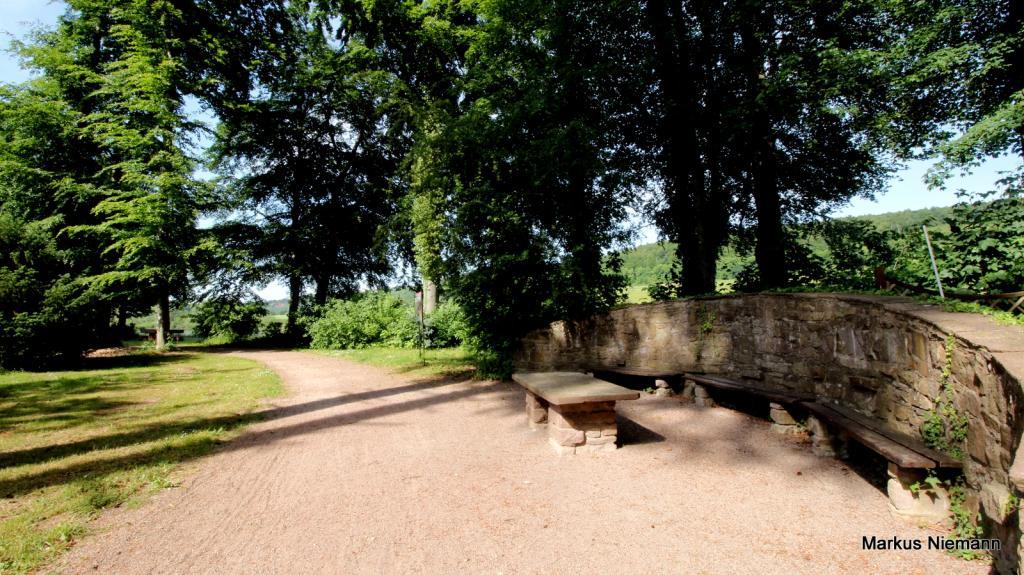Weserhöhen Schlosspark Wehrden alte steineren Sitzecke