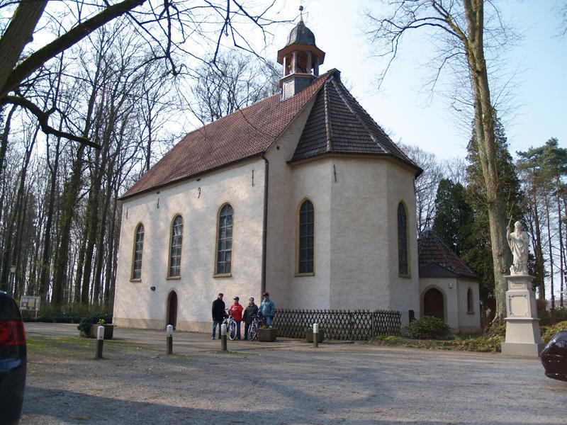 Halle Westfalen, idyllische Pfarrkirche Stockkämpen im Ortsteil Hörste