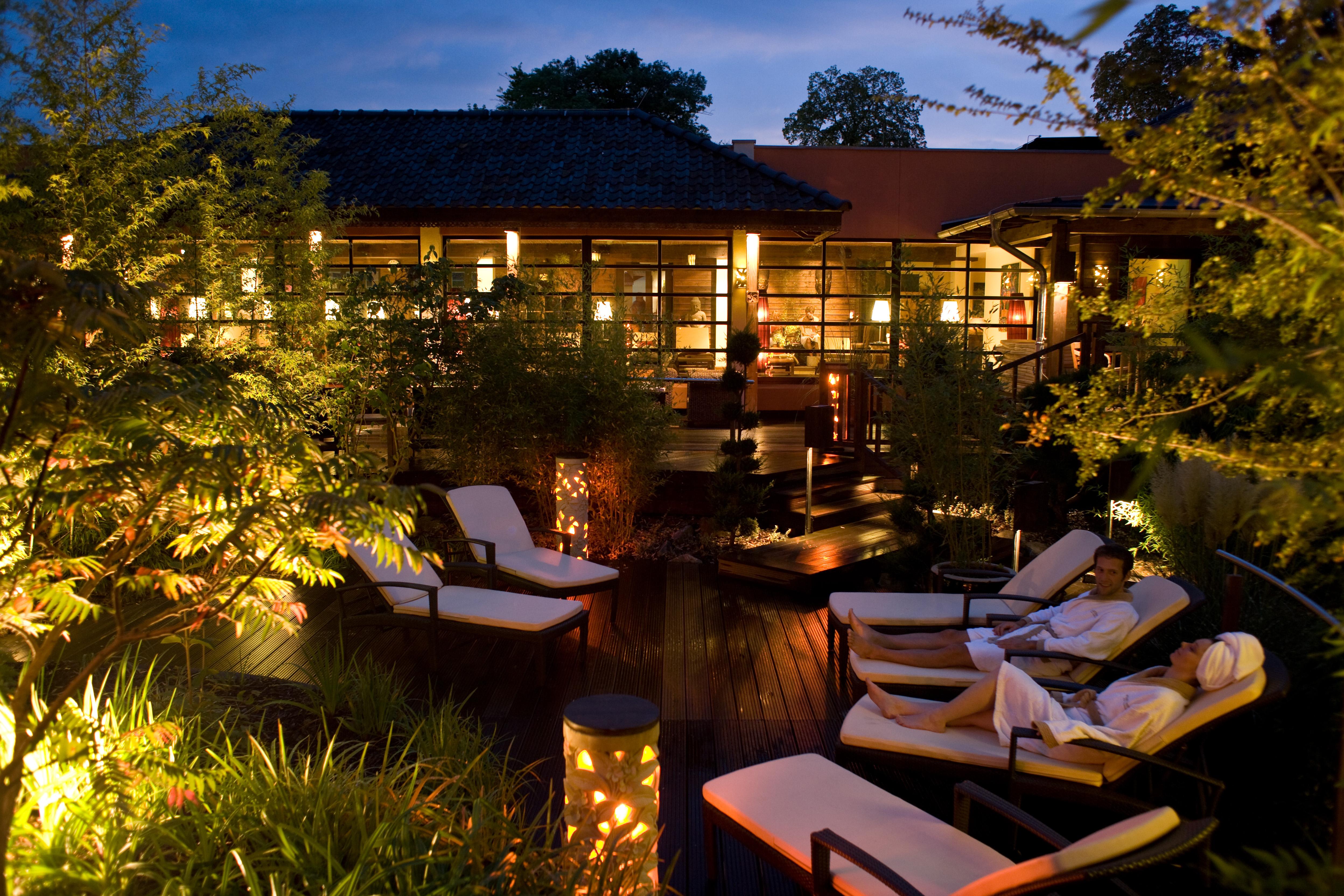 Sauna-Außenbereich am Abend