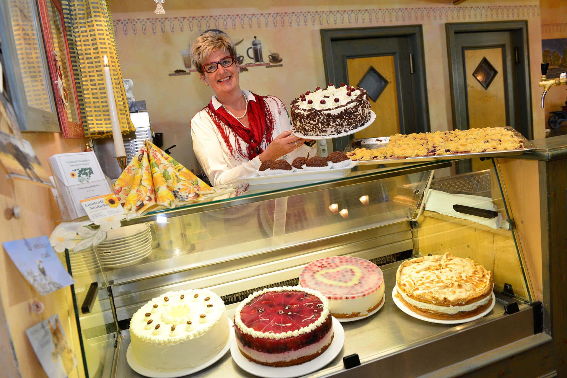 Kuchenauswahl im Landcafé Neubokel