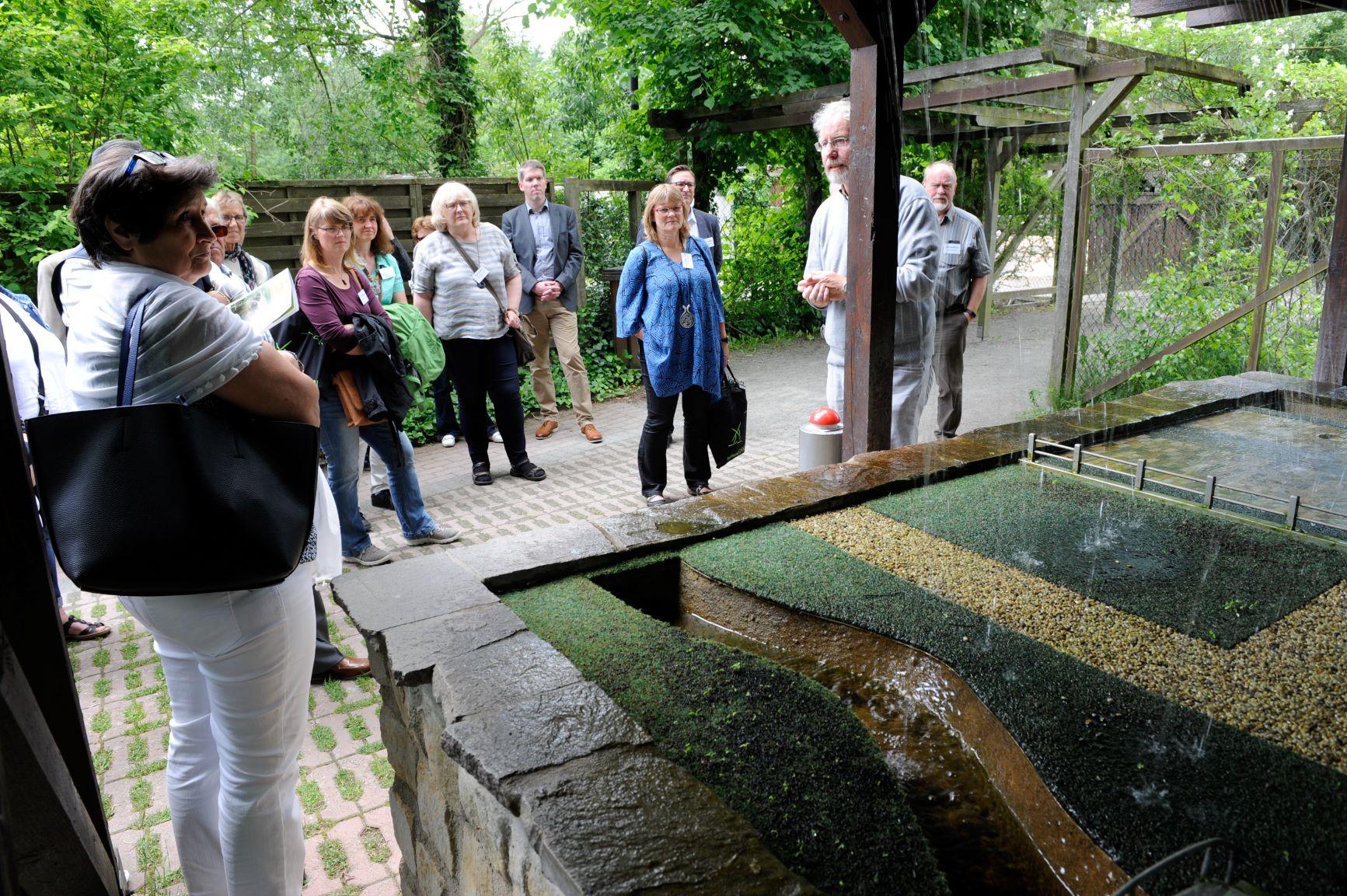 Besuchergruppe im Otter-Zentrum