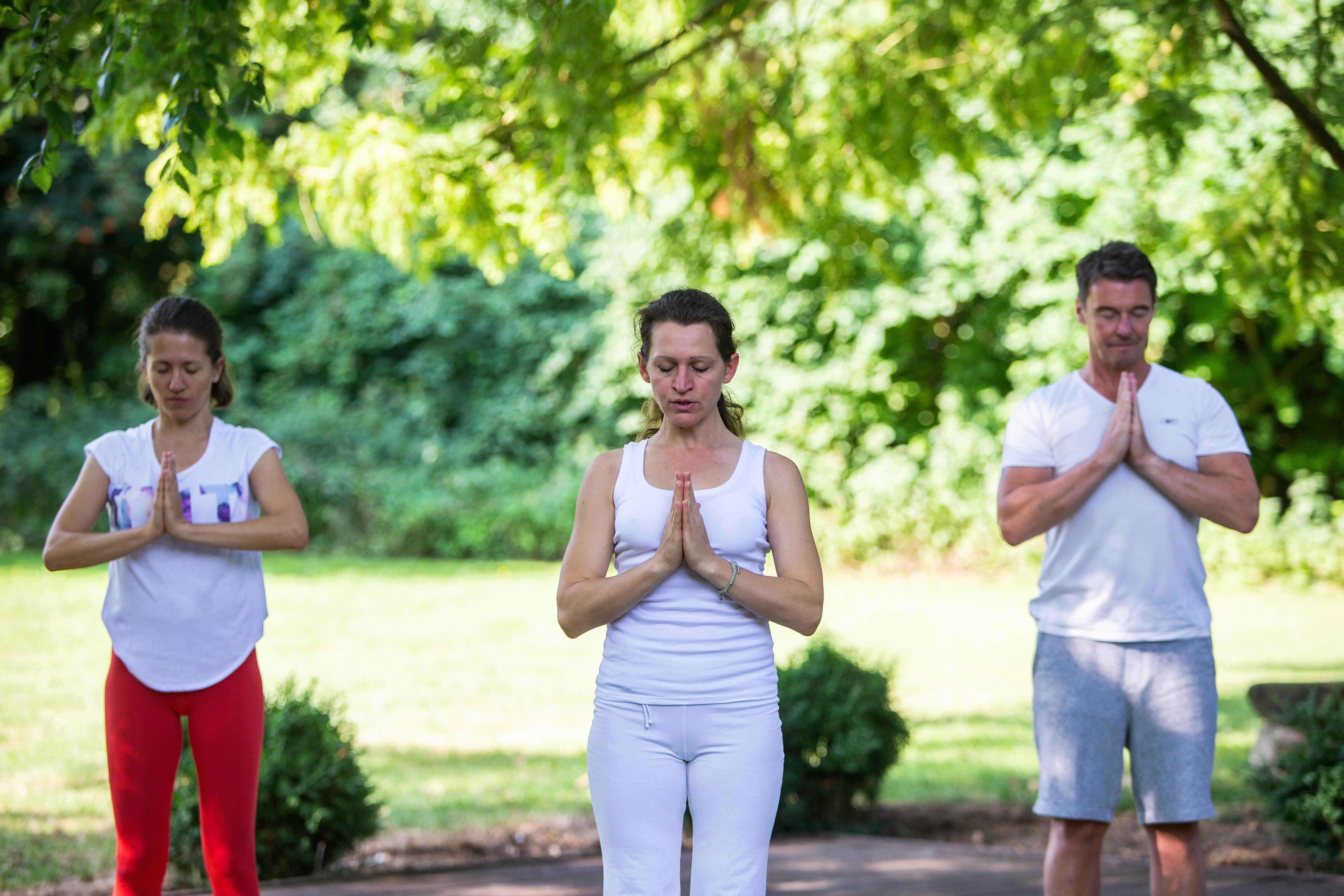 Zur Ruhe kommen mit Yoga im Park von HolsingVital
