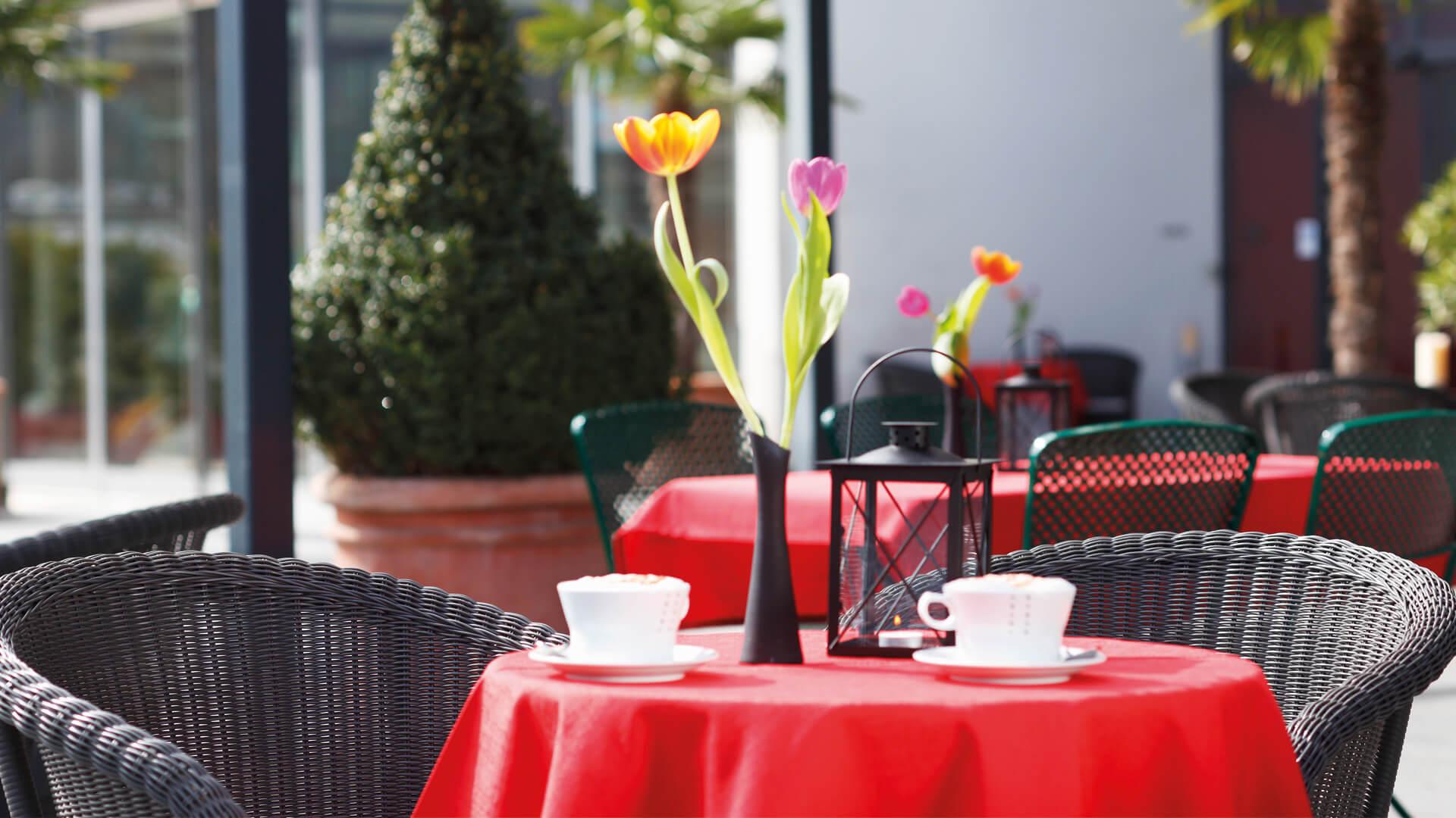 grand-cafe-happimag-aussenbereich