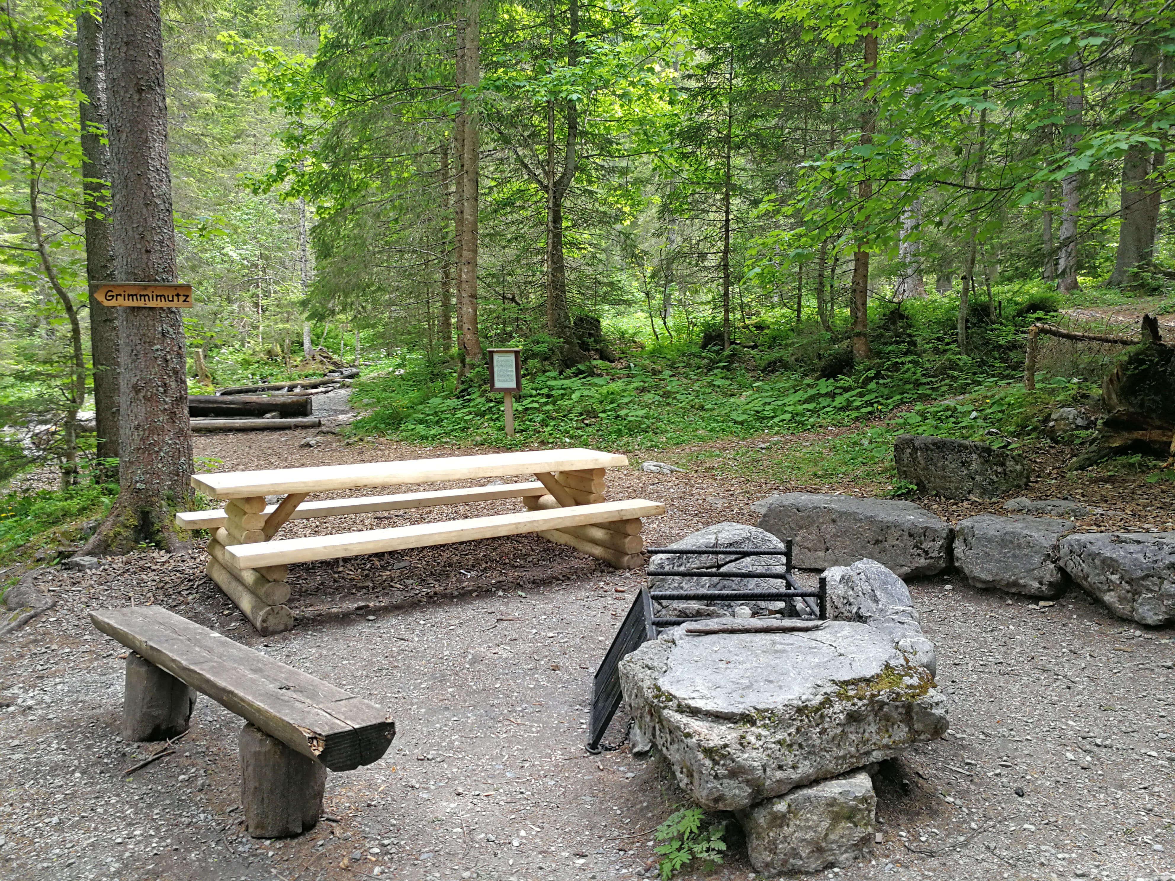 Tisch und Bänke befinden sich direkt bei der Feuerstelle