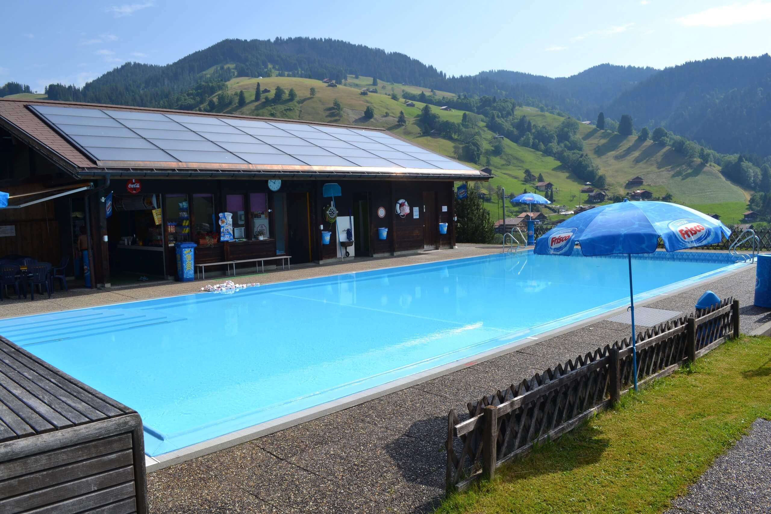 habkern-schwimmbad-freiluft-sommer-panorama-naturidylle
