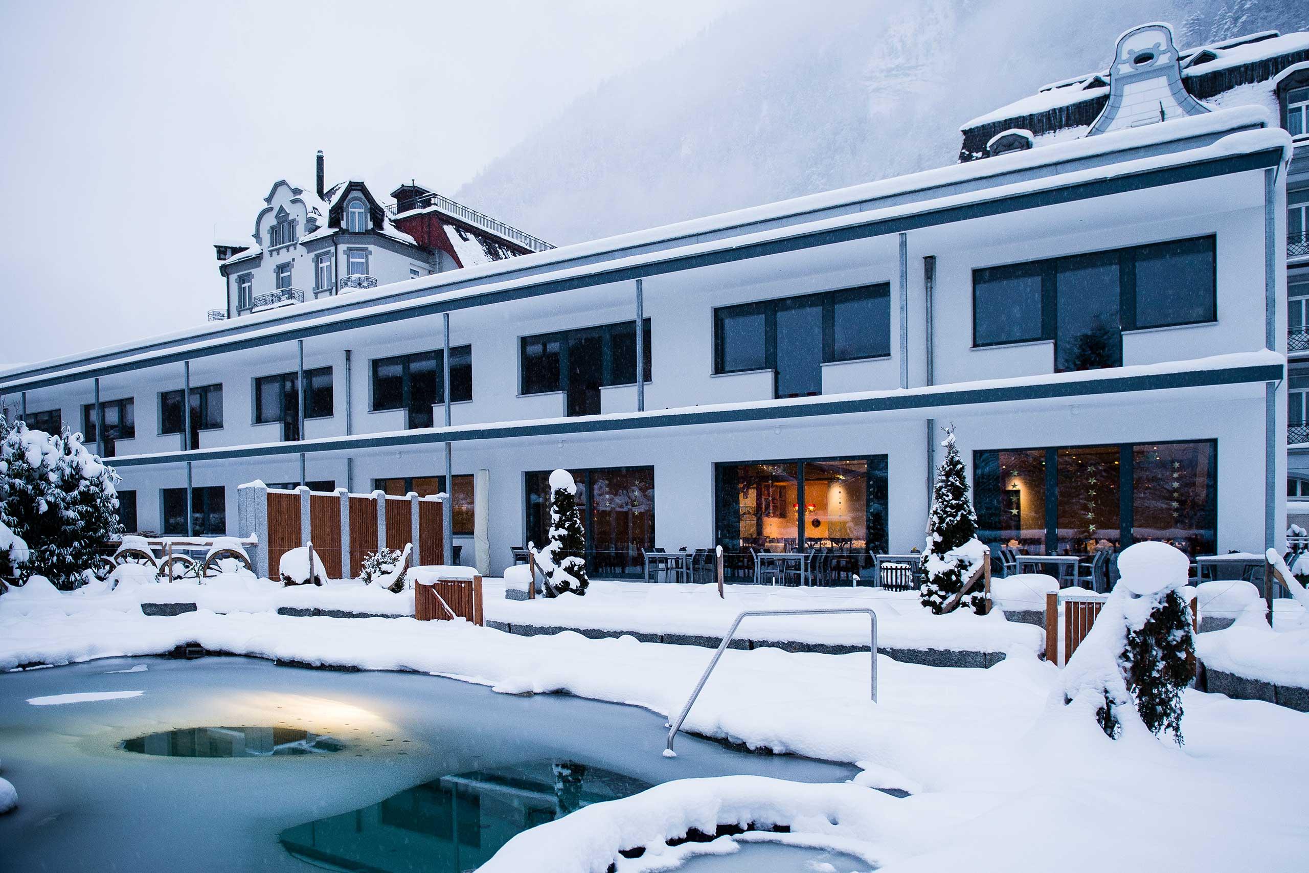 carlton-europe-gebaeude-pool-winter.jpg