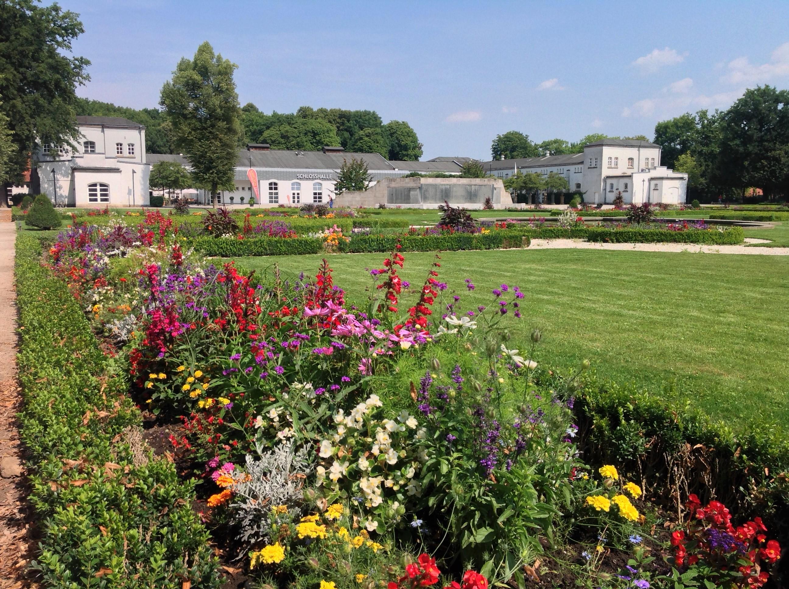 """Barockgarten mit Blick auf """"Brunnentheater"""" und Schlosshalle"""