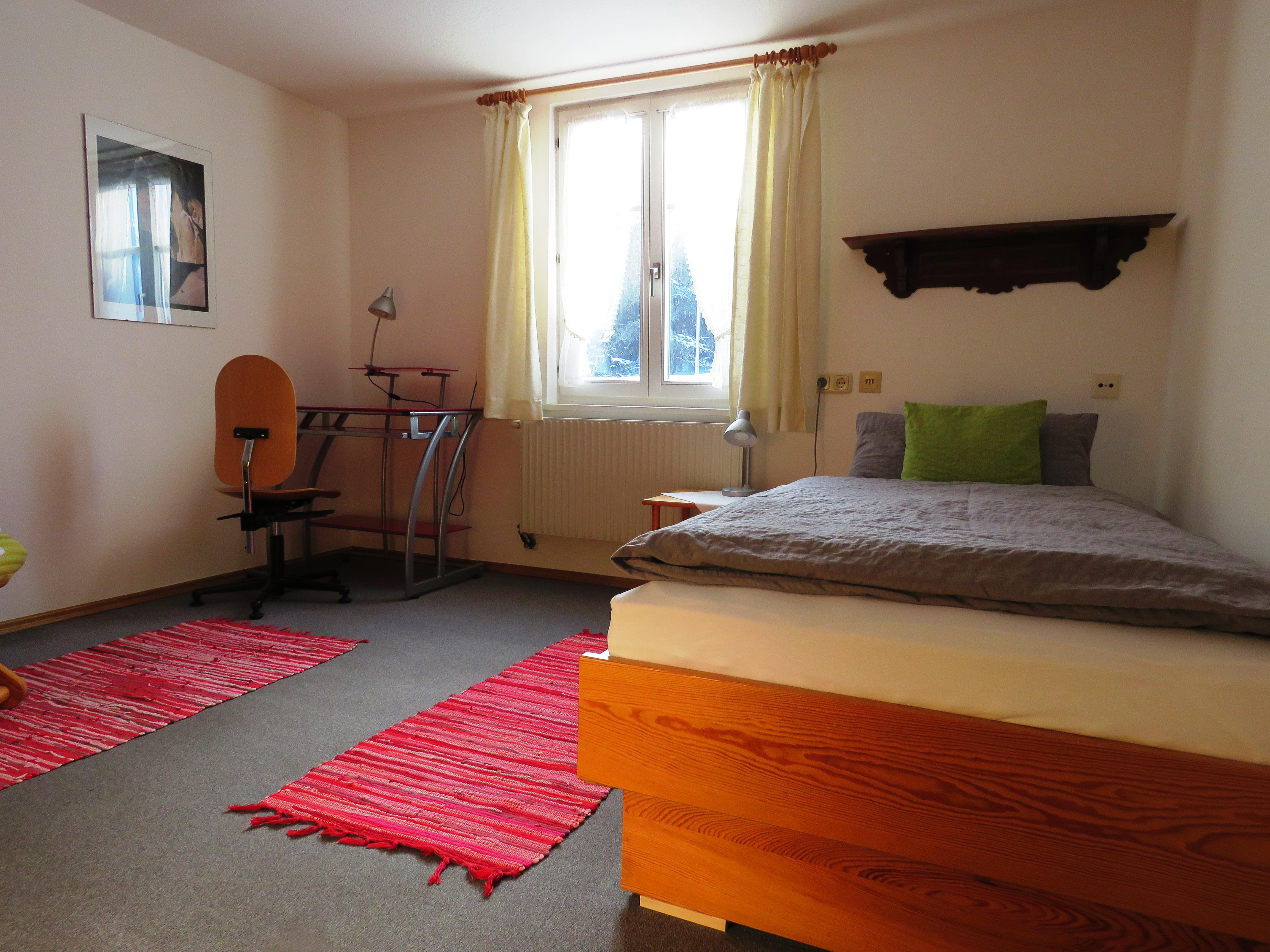 Zimmer 5, Einzelzimmer mit geteiltem Badezimmer