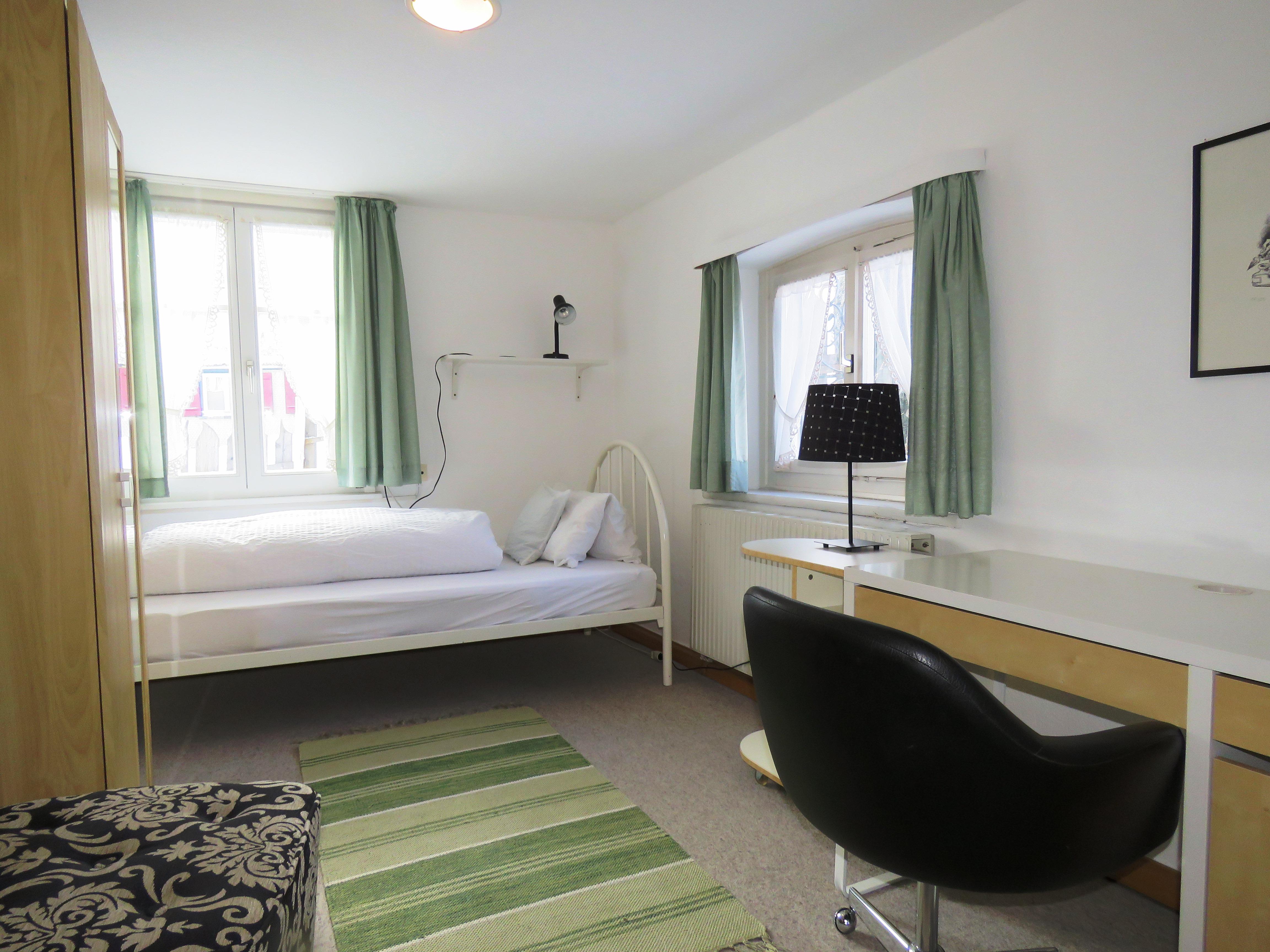 Zimmer 6, Einzelzimmer mit geteiltem Badezimmer