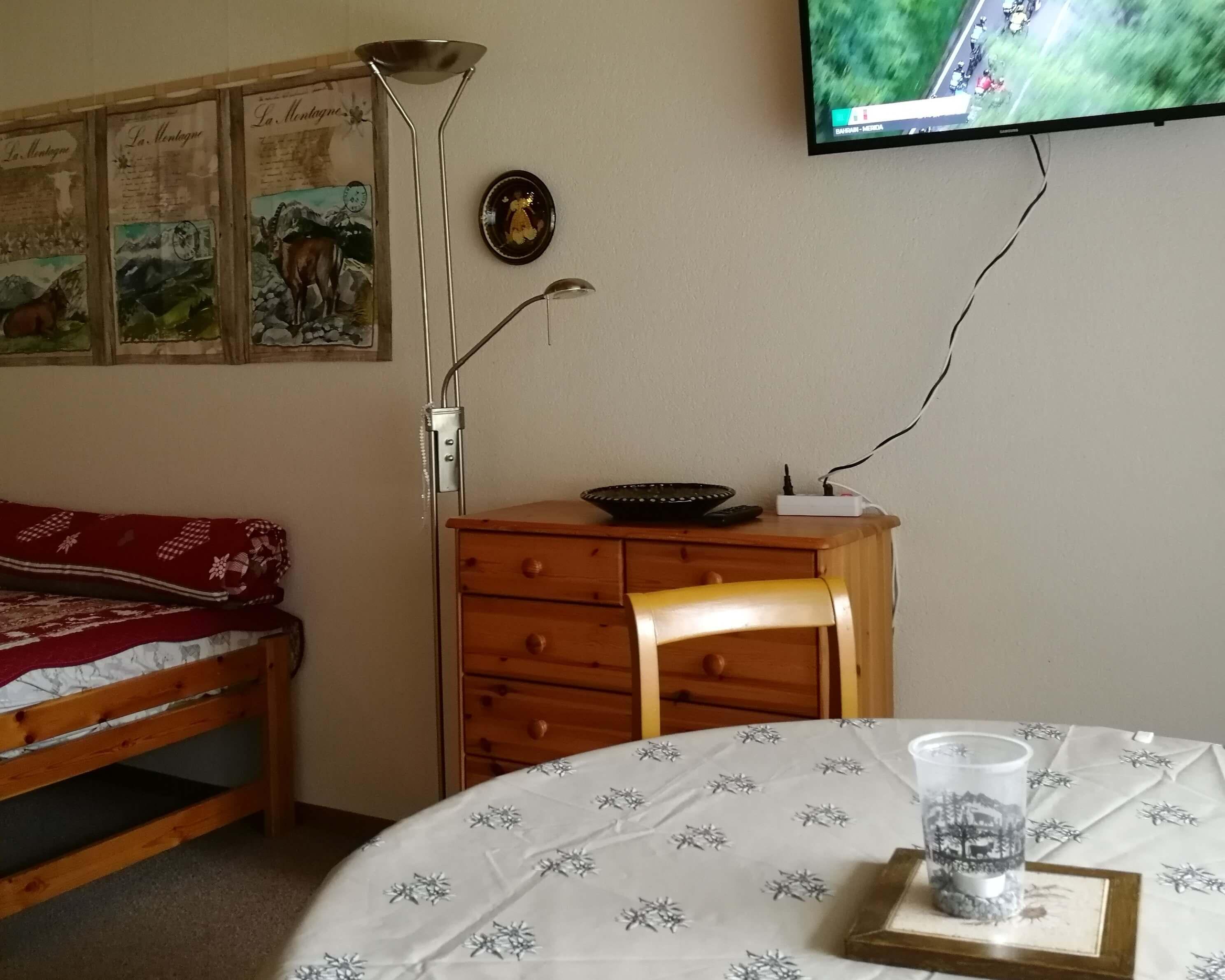 Esstisch mit TV