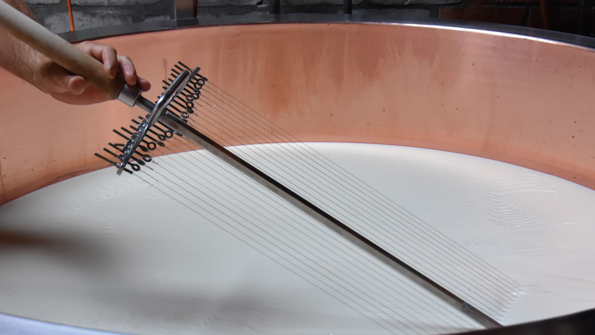 justistal-alpkaesereibesichtigung-kaese-harfe