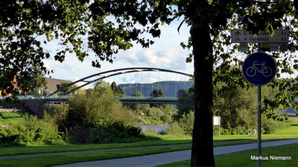 Weserhöhen_Beverungen_Blick_auf_die_Weserbrücke