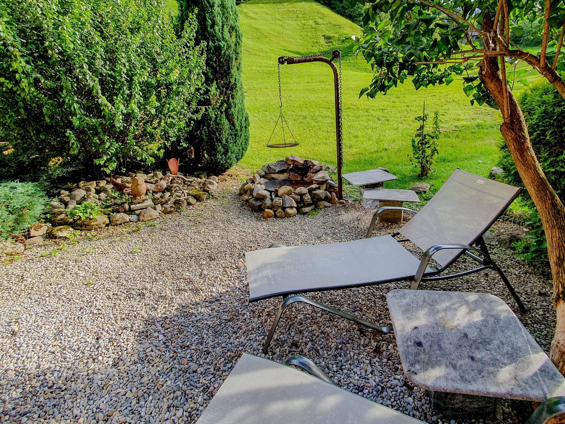 Garten mit Liege und Grill