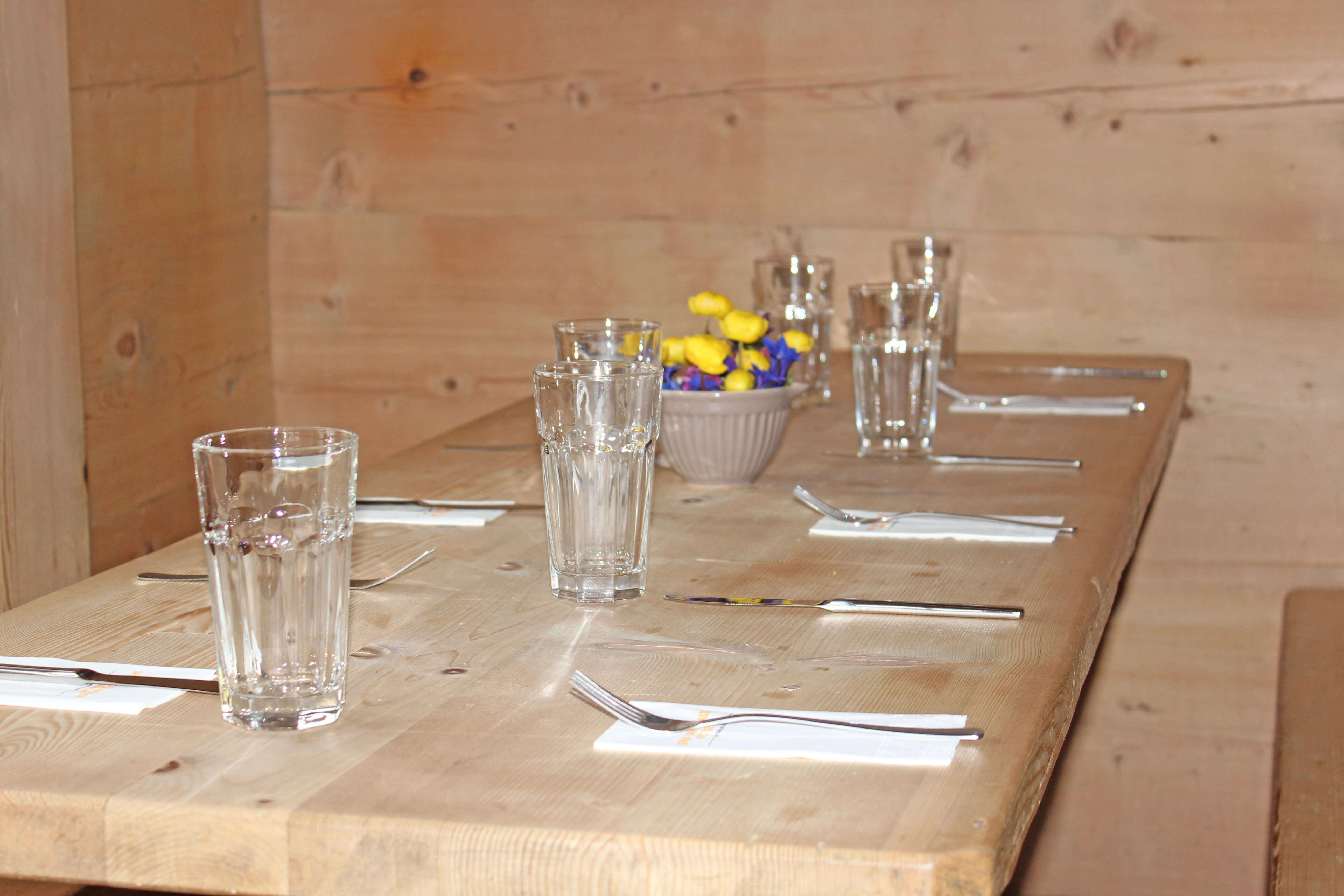 Tisch Bergblumen Dekoration Stierenberg
