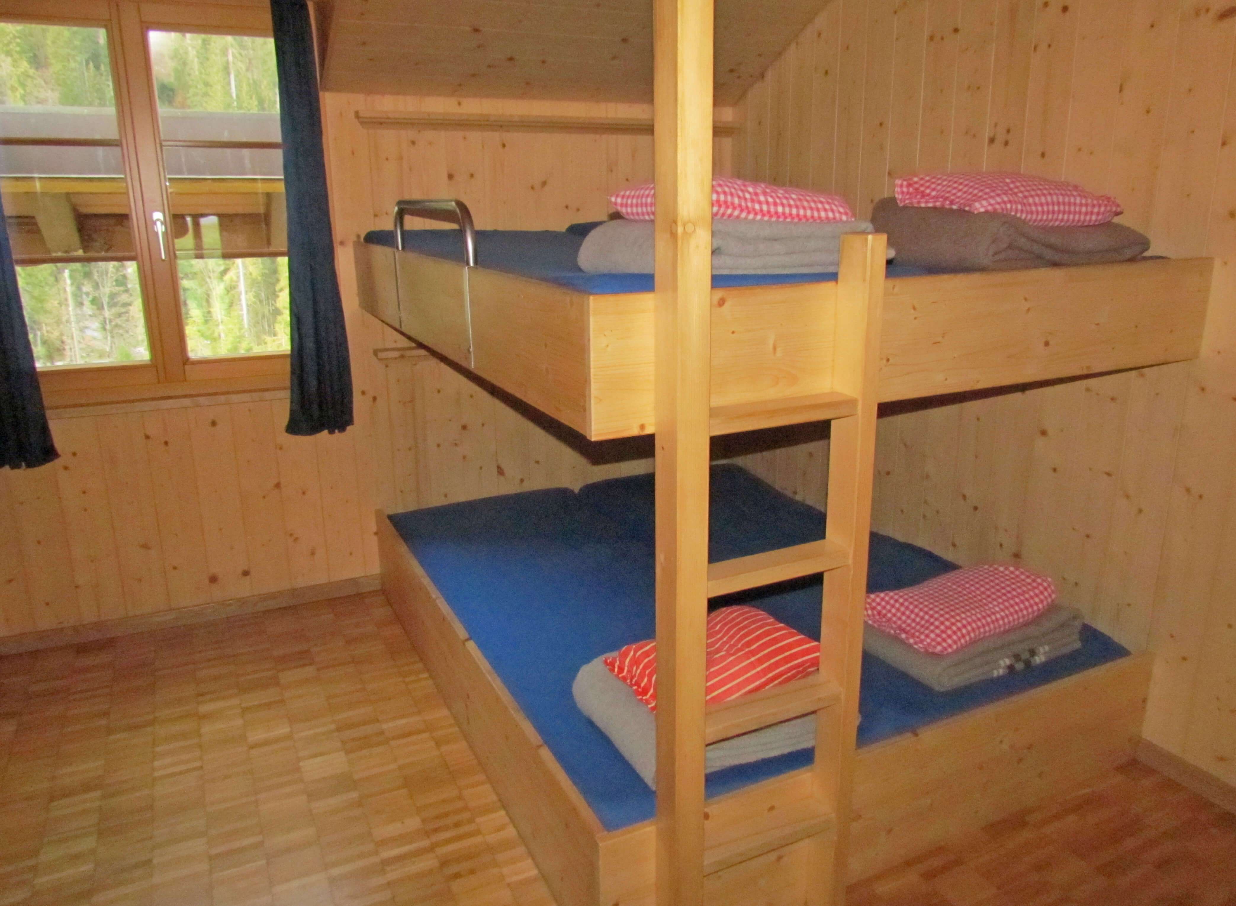 Schlafraum Etagebetten Wolldecken Staldenmaadhütte