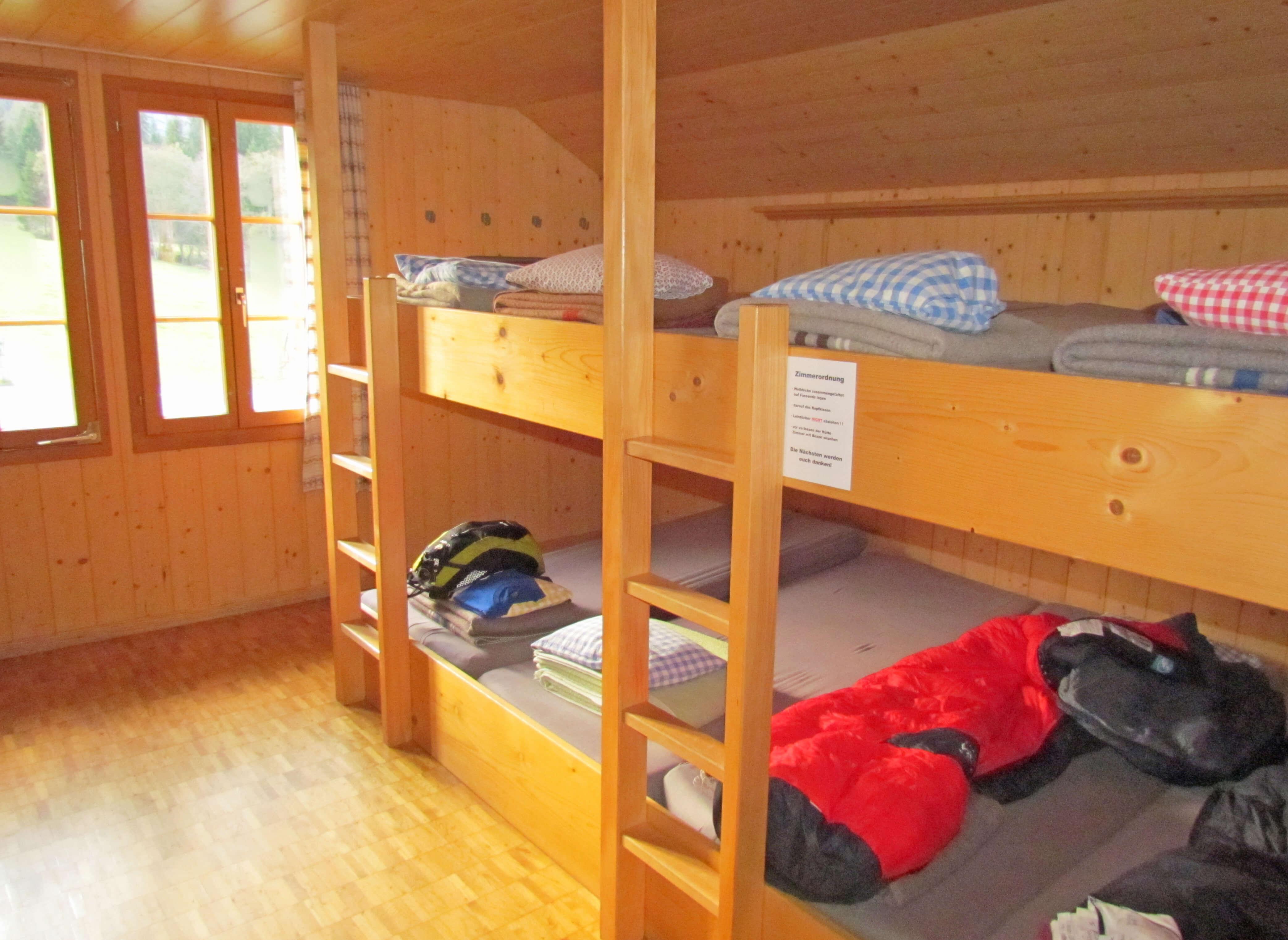 Schlafraum Etagebetten Wolldecken Massenlager Staldenmaadhütte