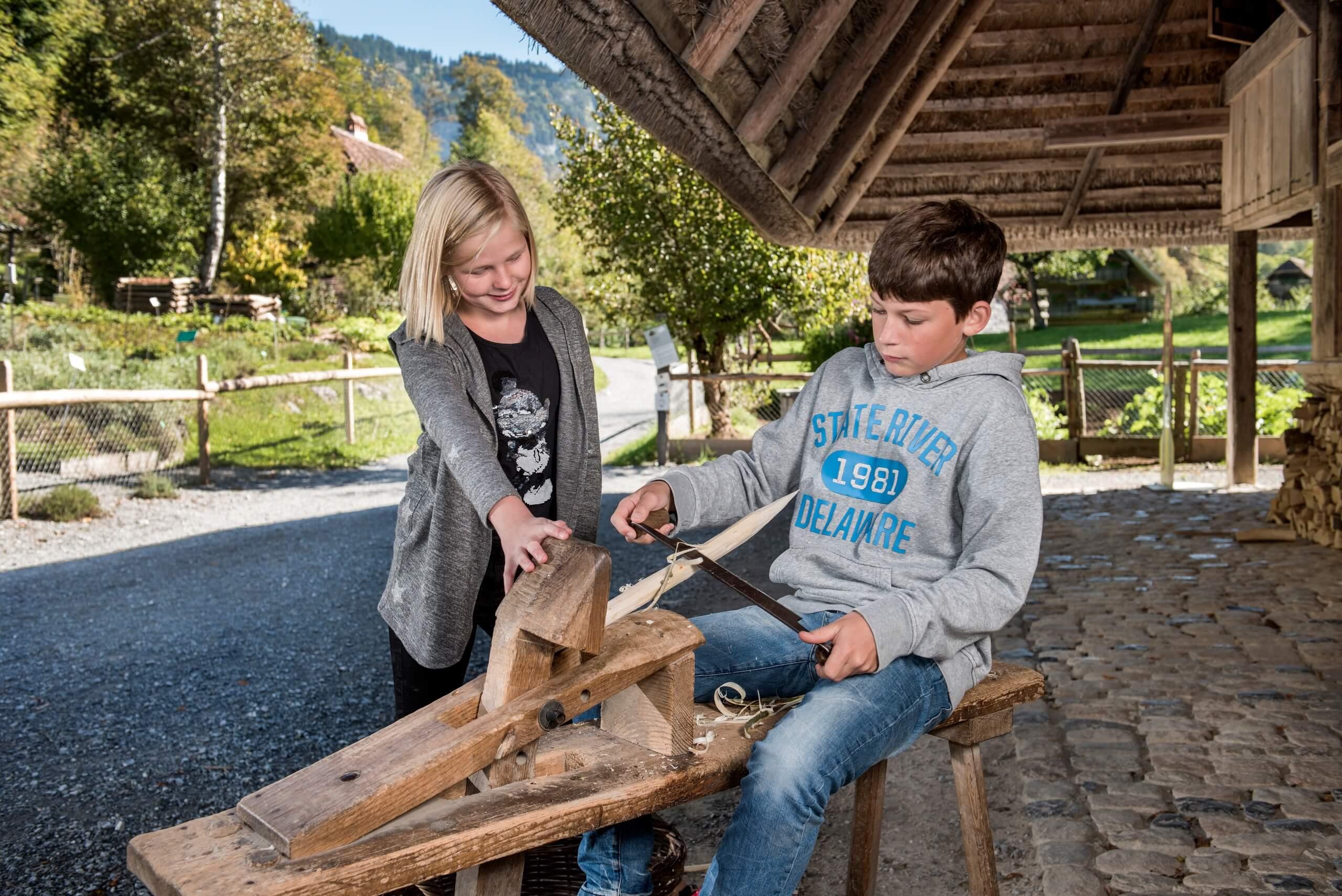 ballenberg-kinder-handwerk-schnitzen